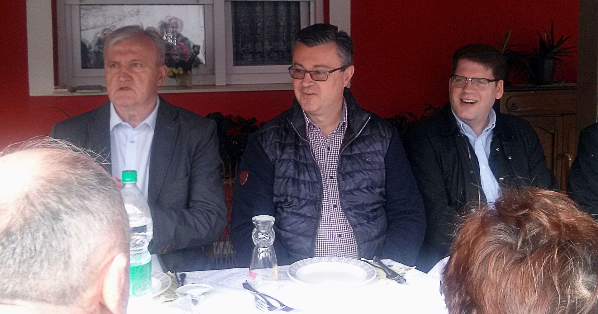 Premijer Orešković posjetio svinjogojski OPG Rajić i upoznao se s problemima stočara