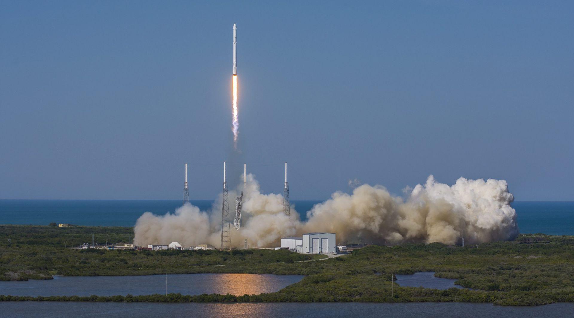 Lansiran Falcon 9, potisnik uspješno spušten na oceansku platformu