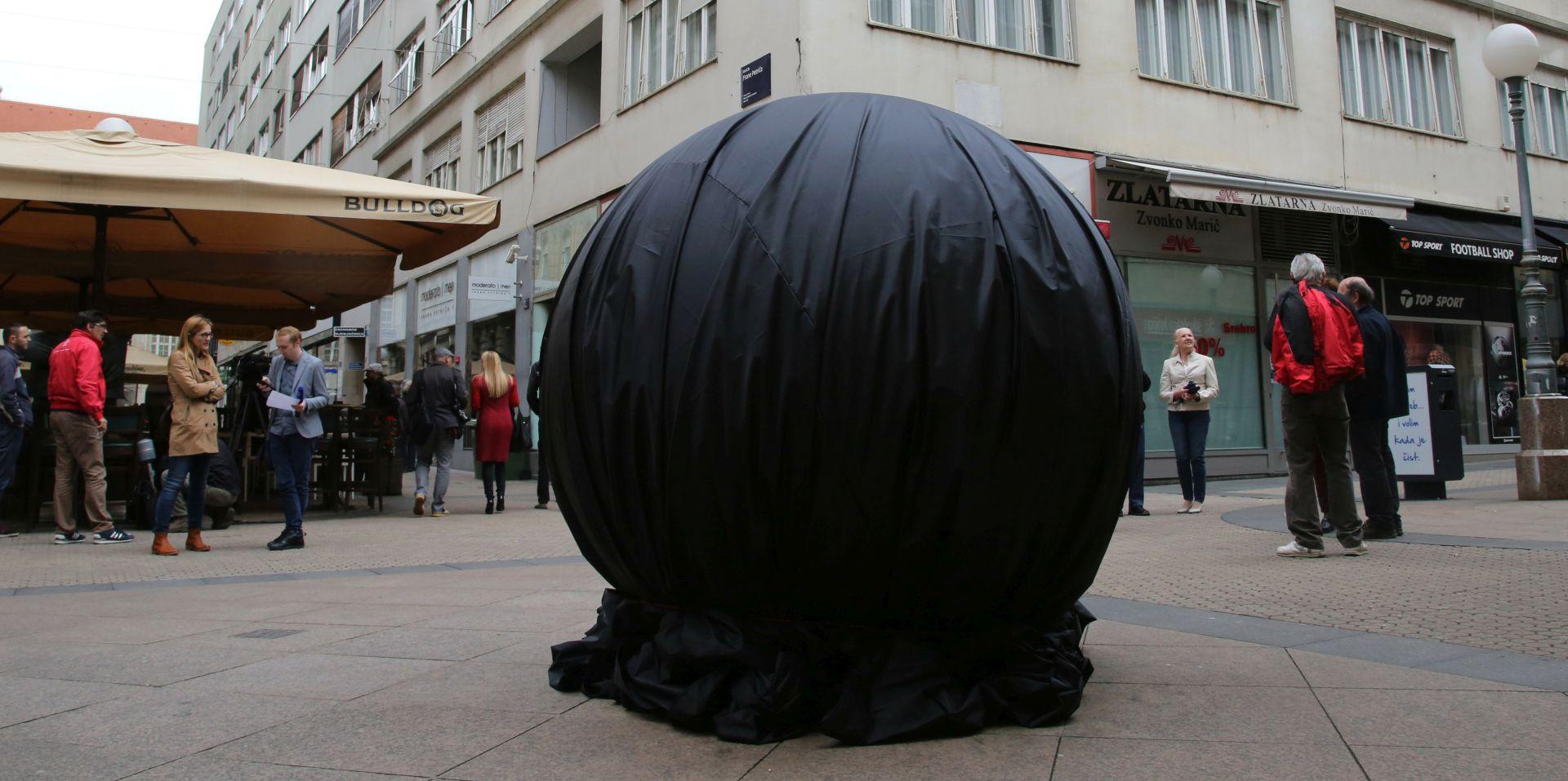 """Kulturnjaci 2016. crnom ceradom prekrili Kožarićevo """"Prizemljeno sunce"""" u Bogovićevoj"""