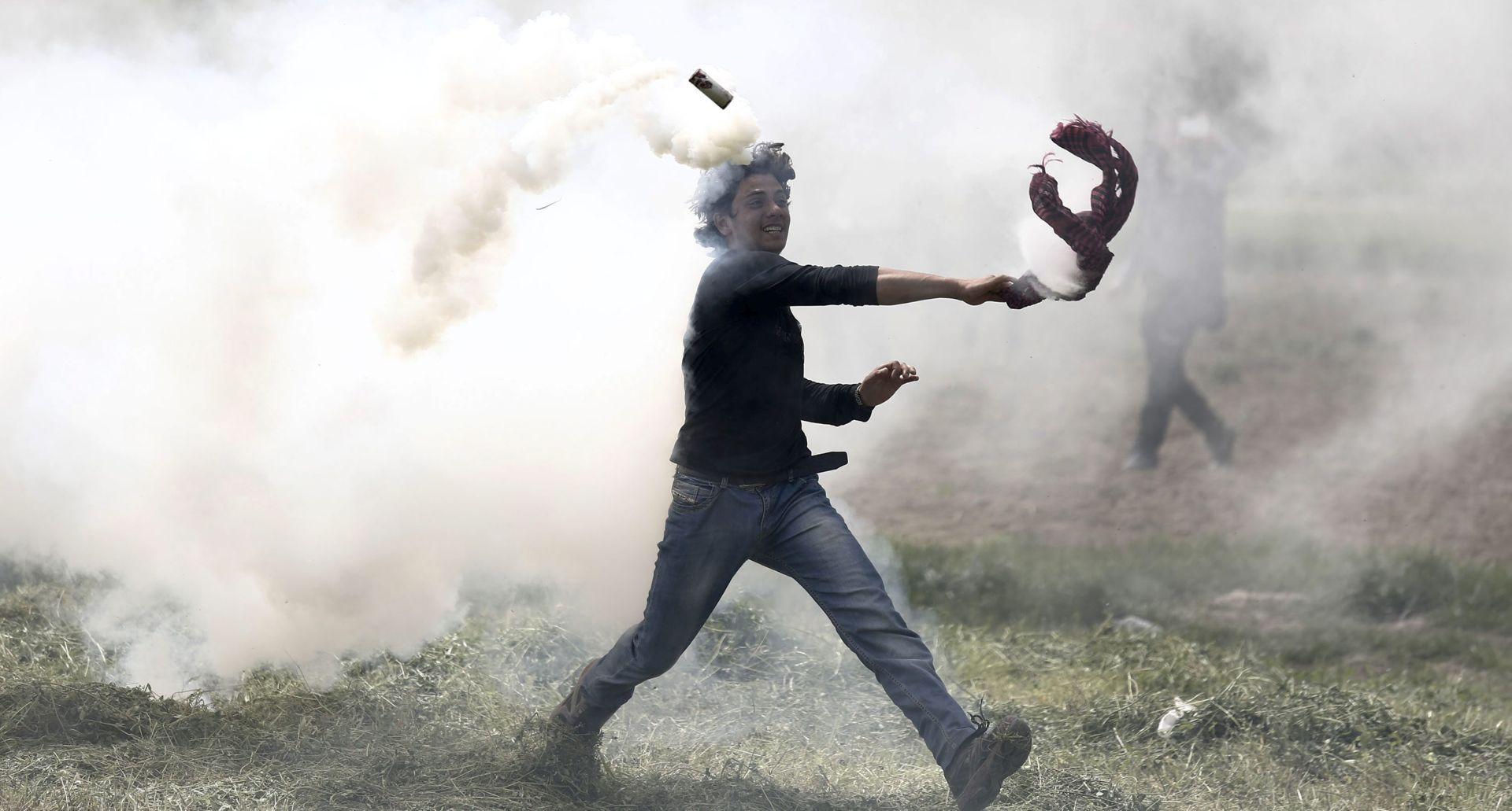 Migranti u Idomeniju kamenjem napali kombi grčke policije