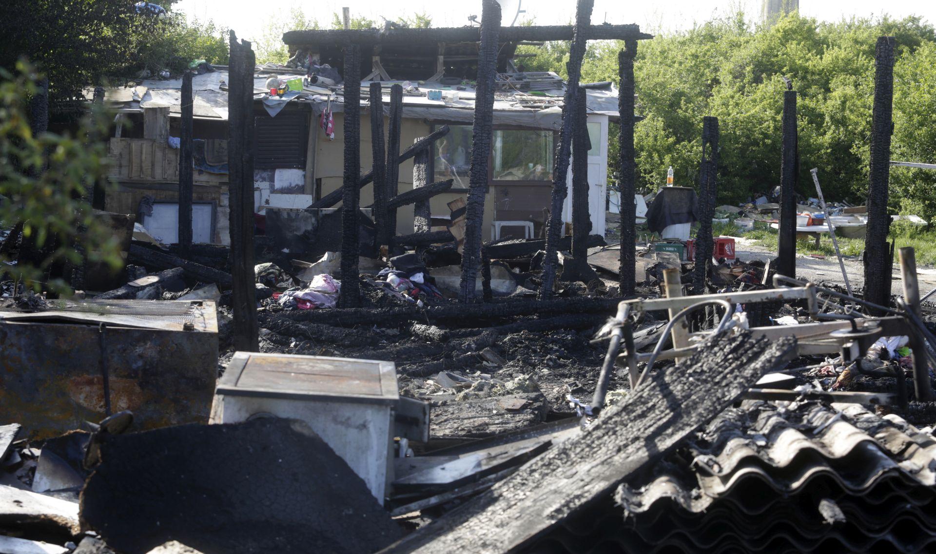 FOTO: Peteročlana romska obitelj iz izgorjele kuće smještena u prihvatilište Kosnica