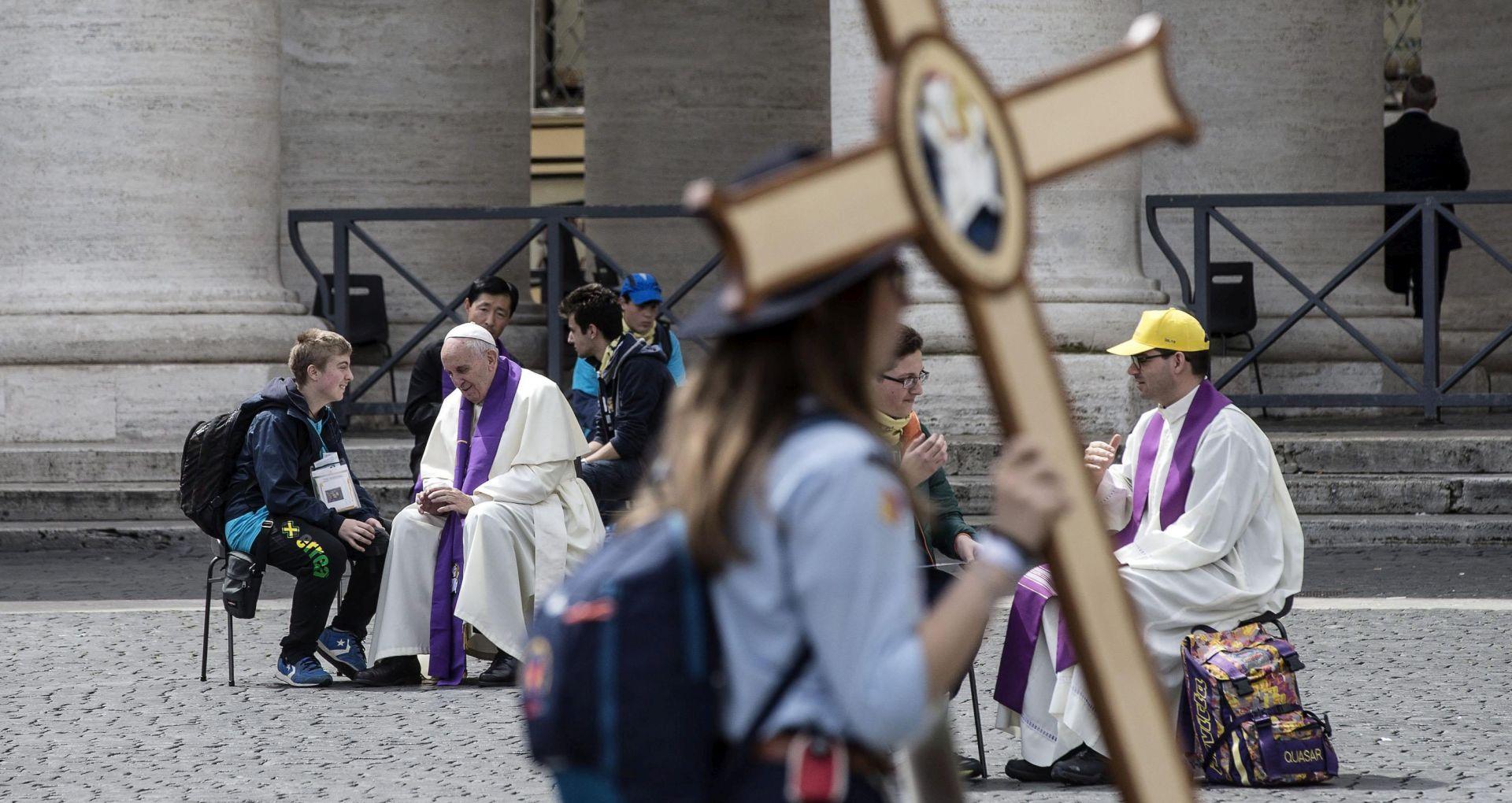 NEOČEKIVANA POMOĆ SVEĆENICIMA Papa ispovijedao mlade na Trgu sv. Petra