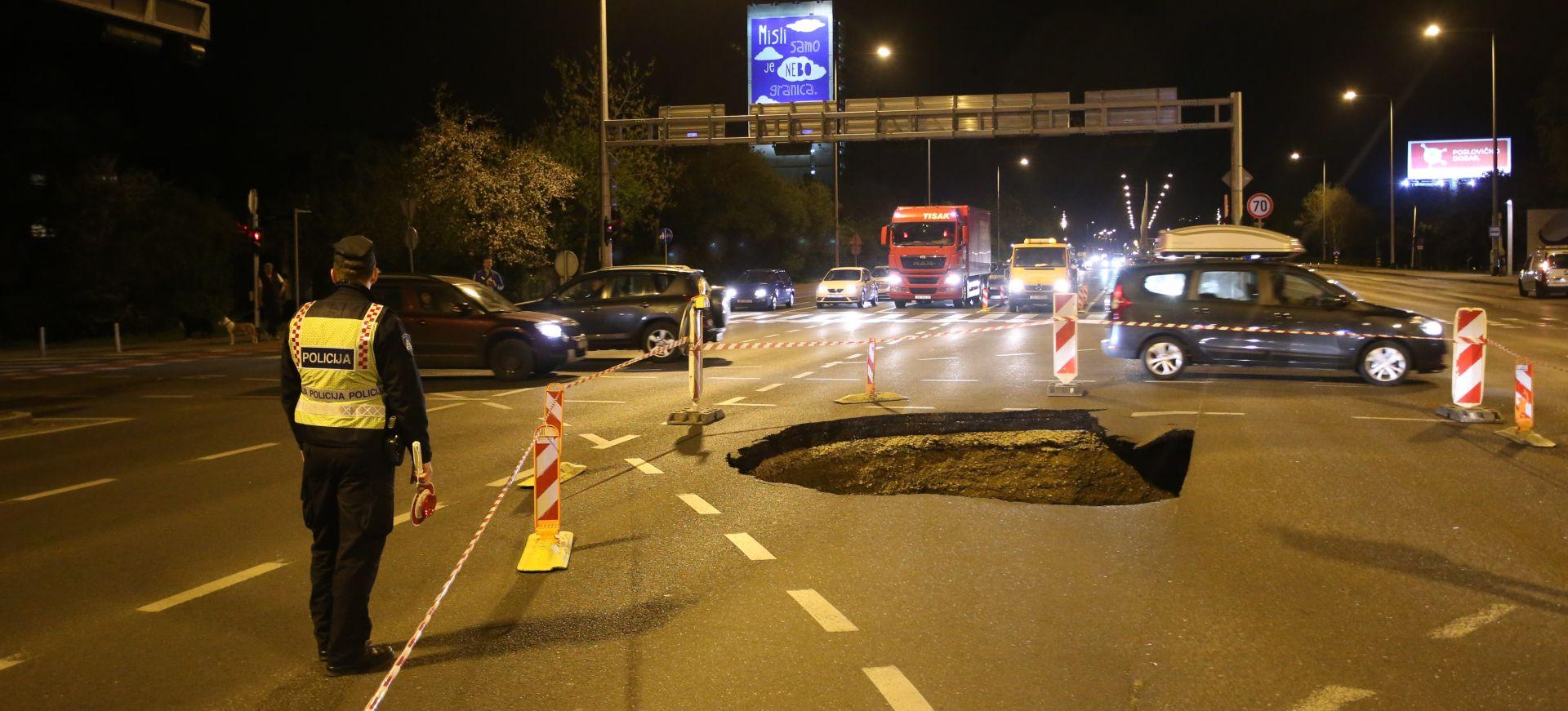 FOTO: VOZAČI, OPREZ! Urušio se asfalt na zagrebačkoj Slavonskoj aveniji