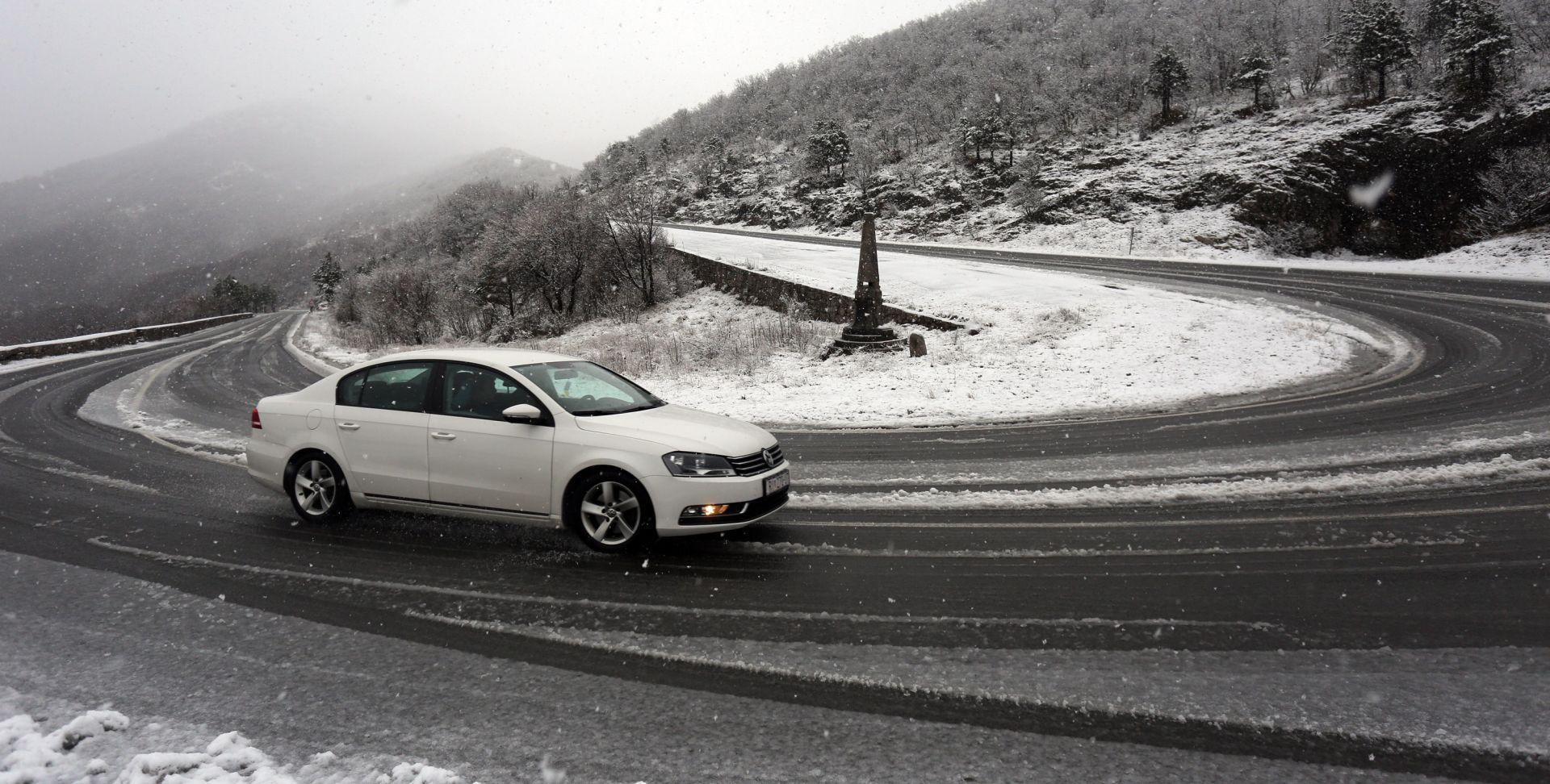HAK Snijeg u Gorskom Kotaru i na A6, kolnici mokri i skliski