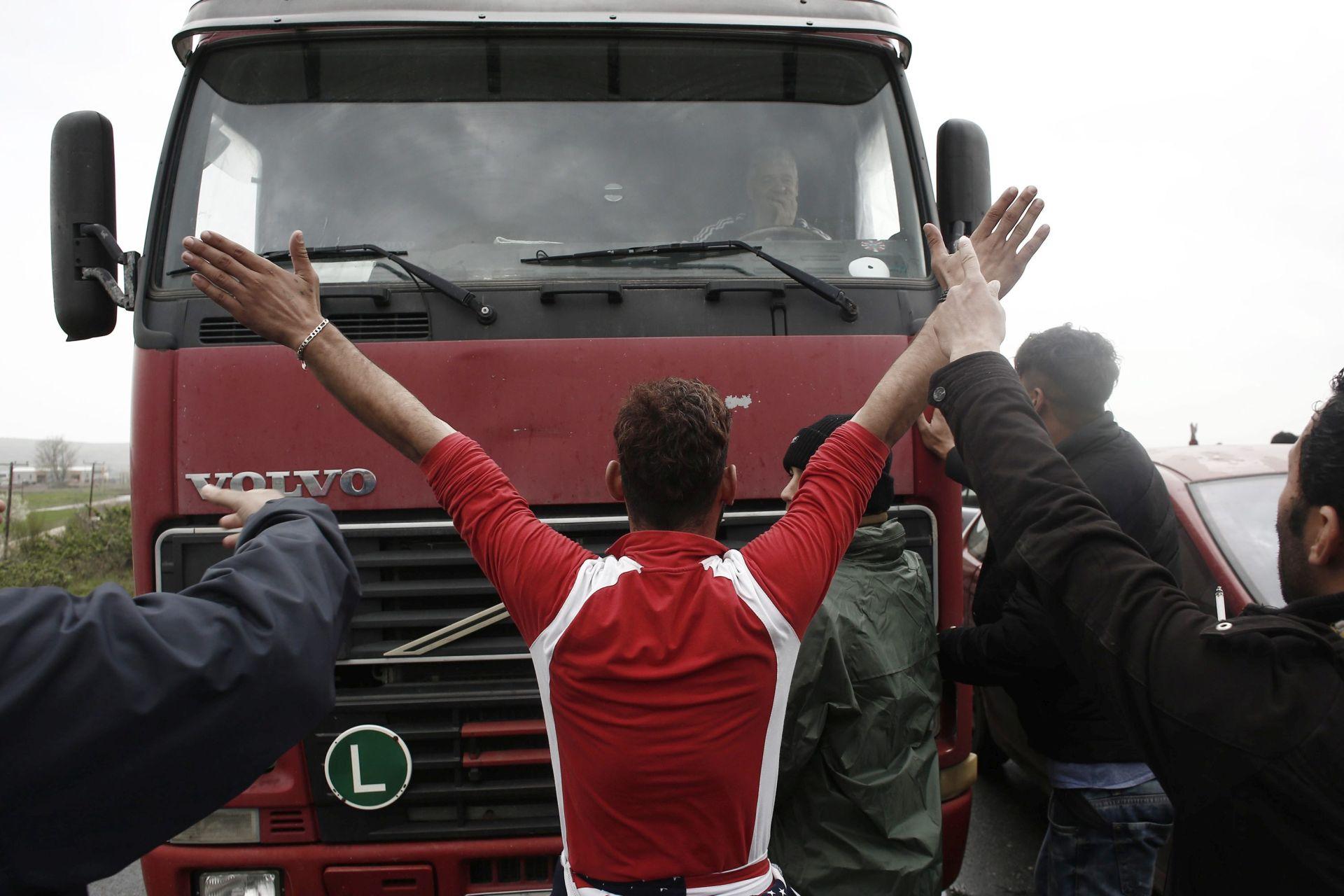 PROSVJED: Migranti na Kiosu probili ogradu i izašli iz kampa