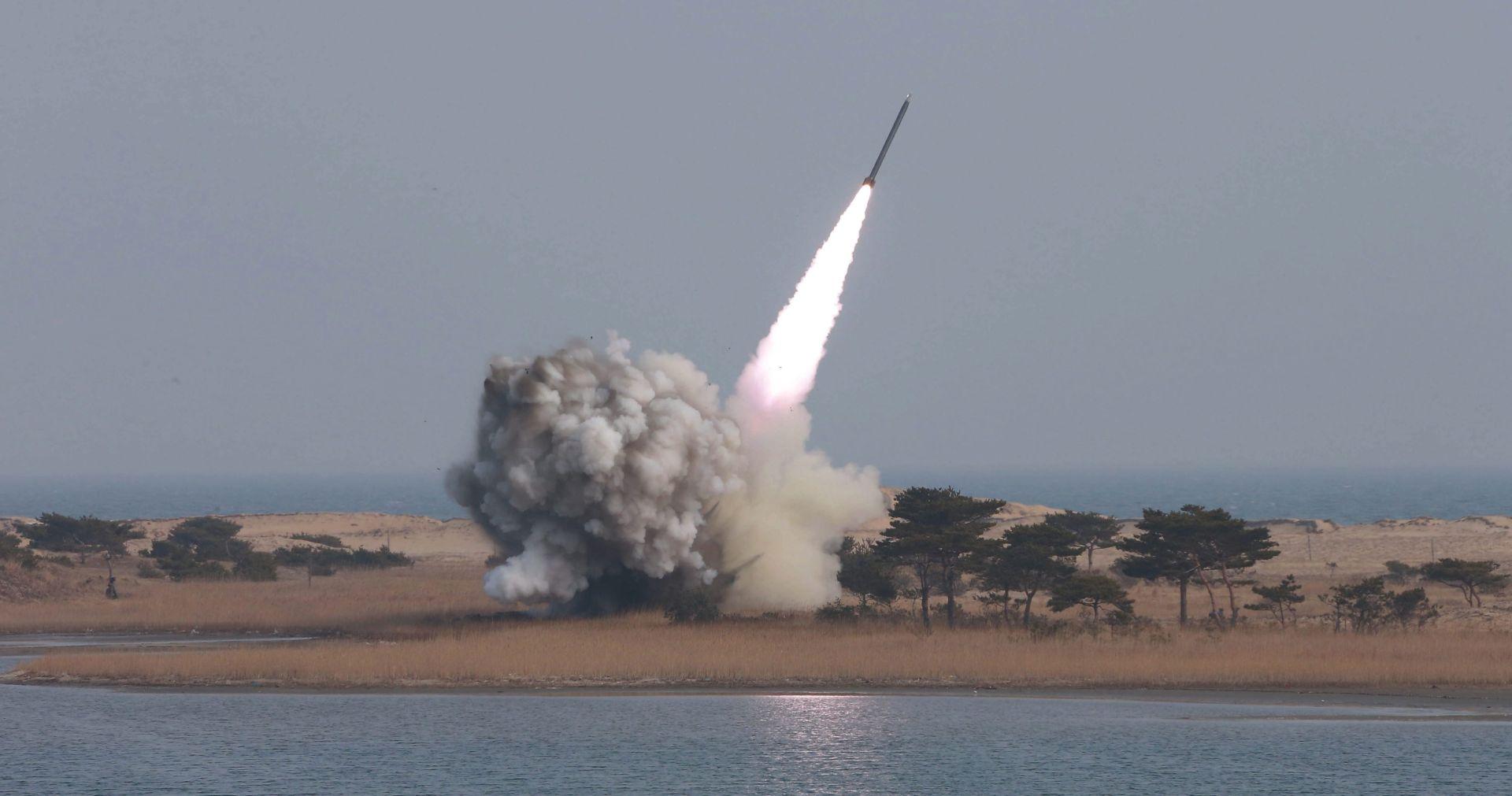 JUŽNA KOREJA ZABRINUTA: Sj.Koreja lansirala balističku raketu s podmornice
