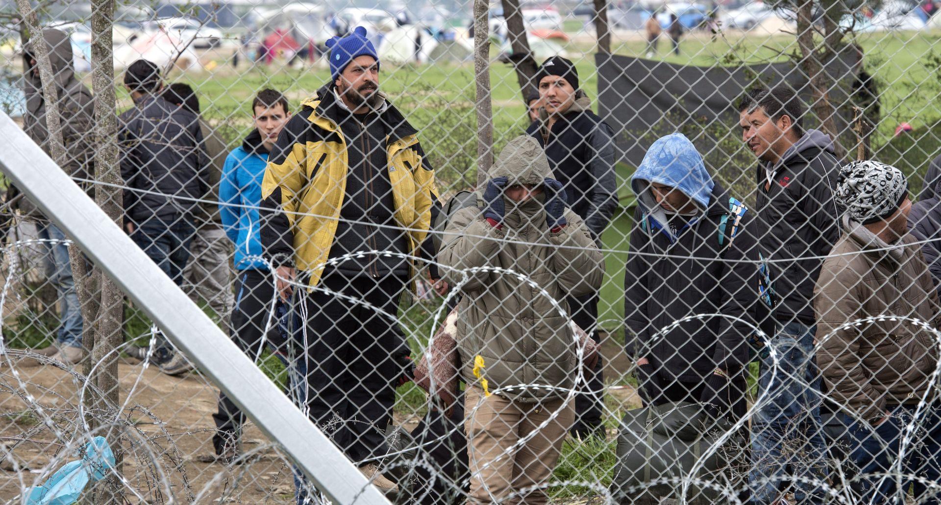 HTJELI SRUŠITI OGRADU: Makedonska policija suzavcem na migrante u Idomeniju