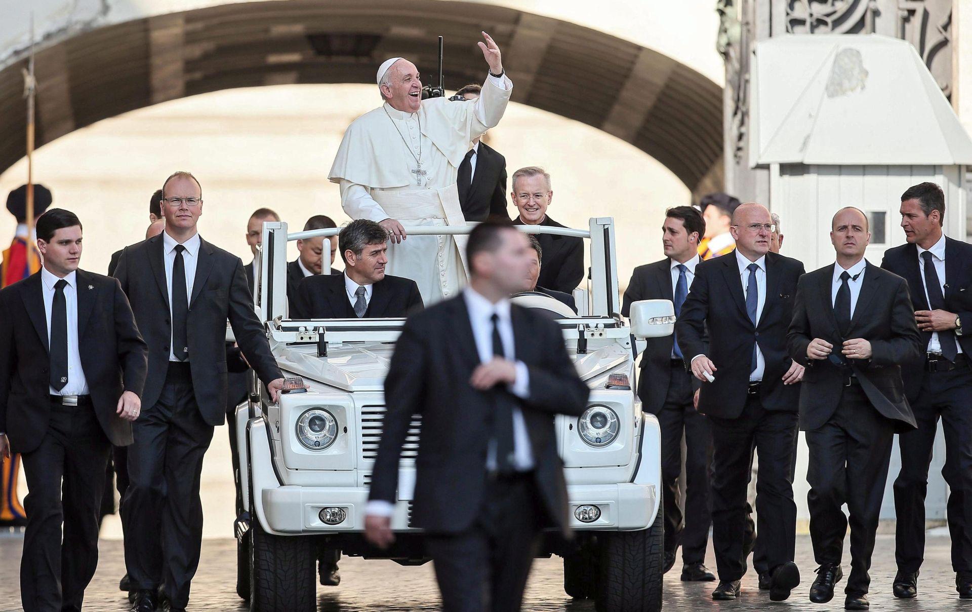 MERKEL I JUNCKER: Dodjela nagrade Karla Velikog papi Franji