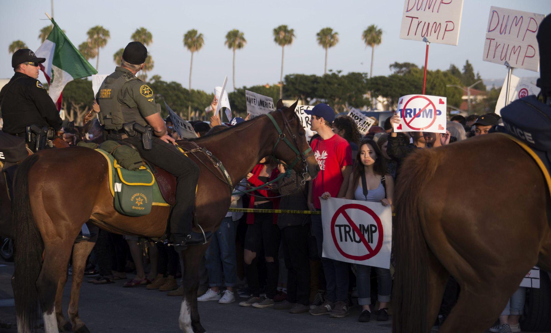 DVADESETAK UHIĆENIH: U Kaliforniji žestoki prosvjedi protiv Donalda Trumpa