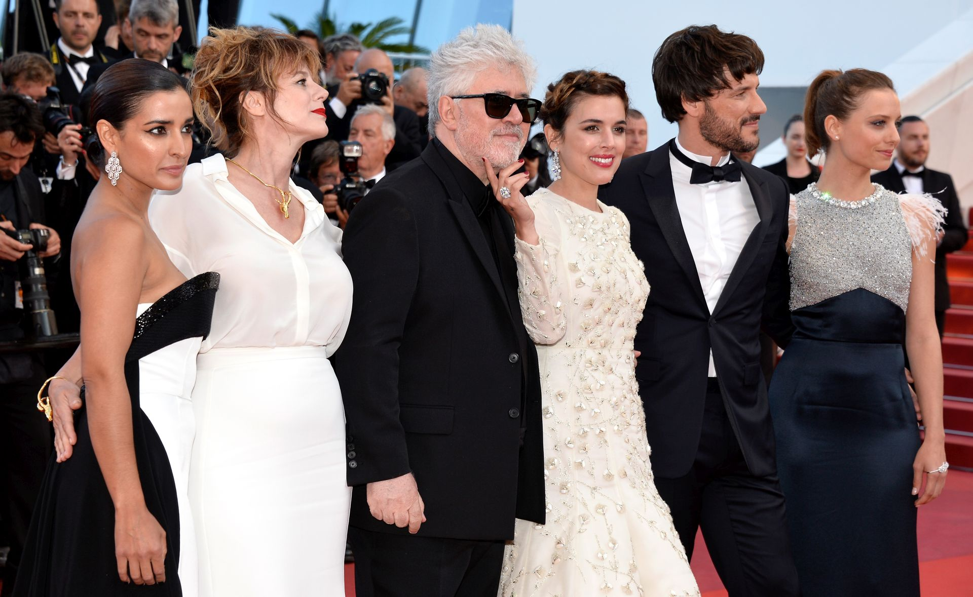 Inma Cuesta,  Emma Suarez, Pedro Almodovar, Adriana Ugarte, Daniel Grao i Michelle Jenner (Photo by Pascal Le Segretain/Getty Images)