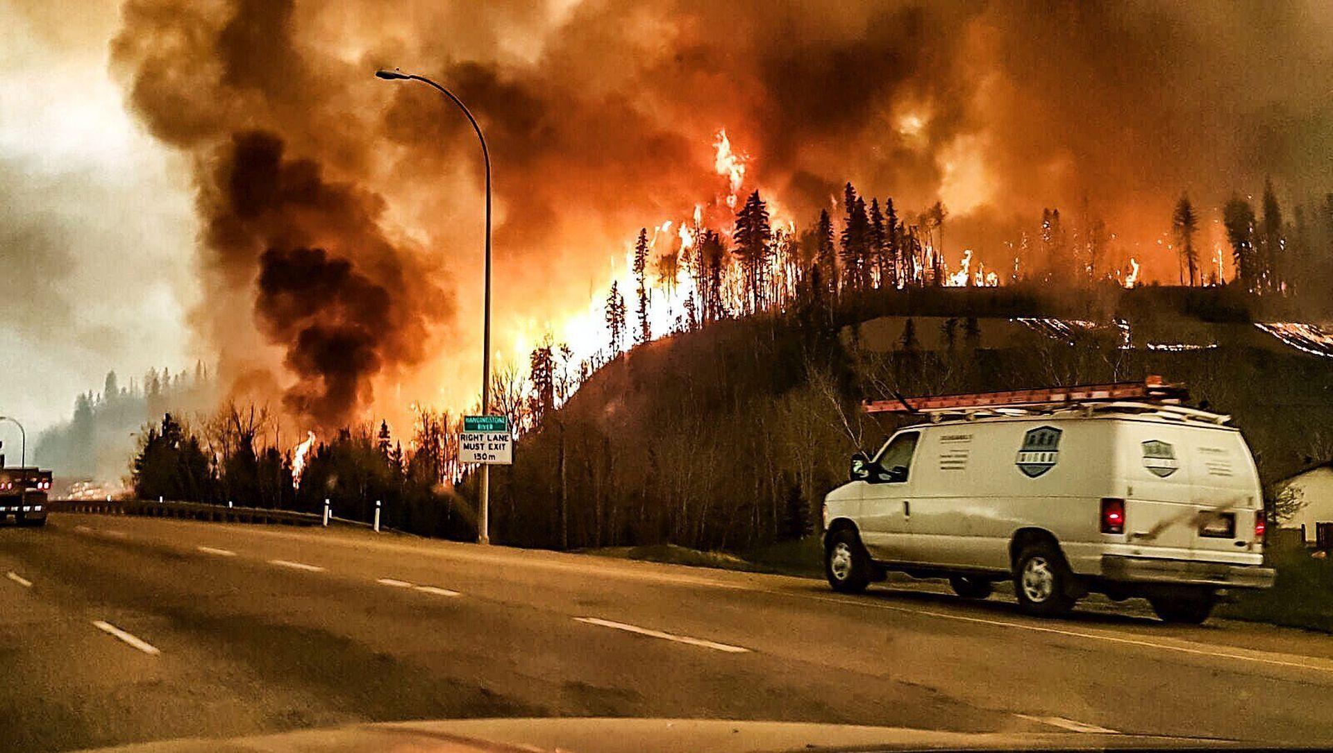 VIDEO: PROGLAŠENO IZVANREDNO STANJE Podivljala vatra prijeti 'gutanjem' cijelog kanadskog grada