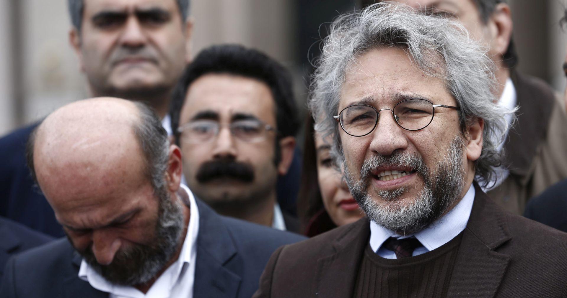 PUCNJAVA PRED SUDNICOM U ISTANBULU Otvorena vatra na novinara Cana Dundara, ranjen drugi novinar