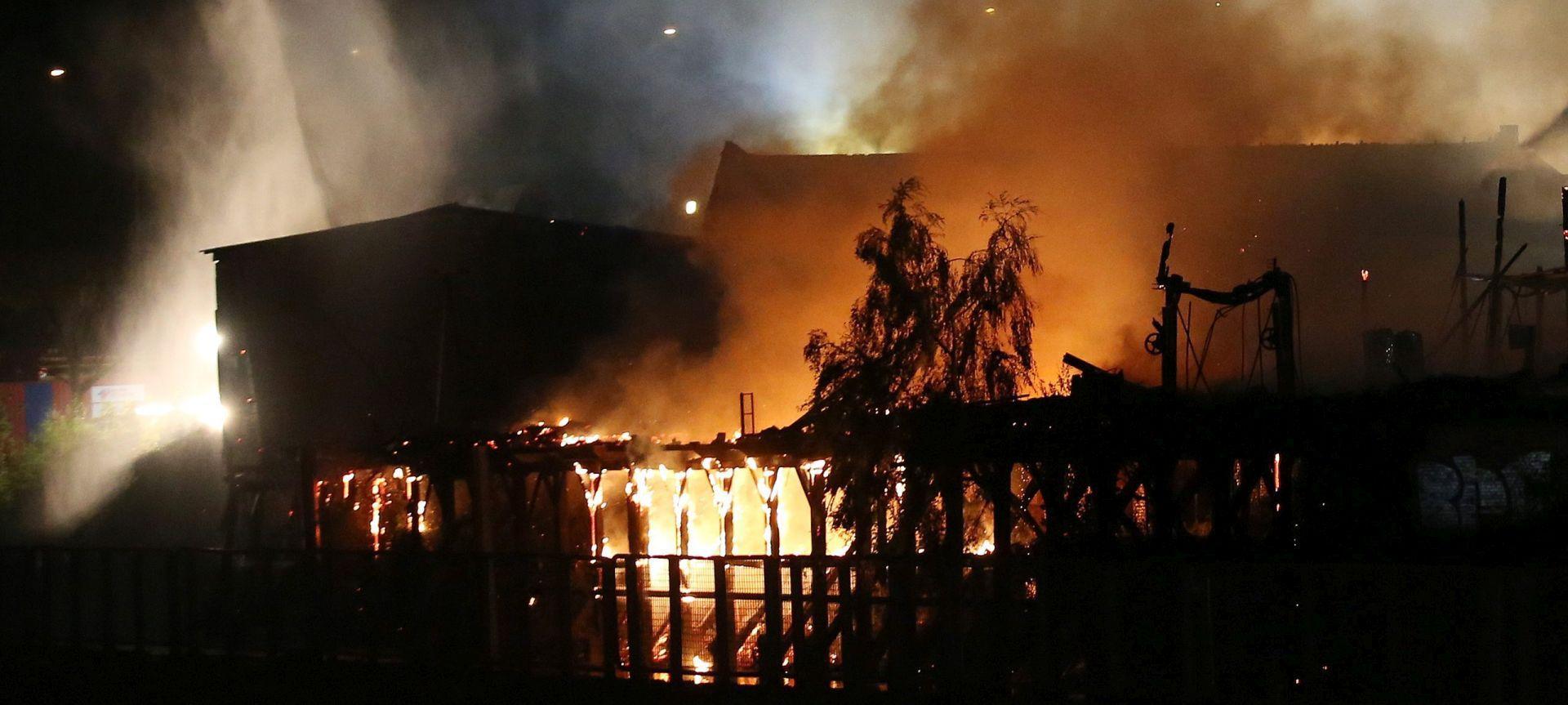 NEMA OZLIJEĐENIH: Migranti zapalili prihvatni centar na Lampedusi
