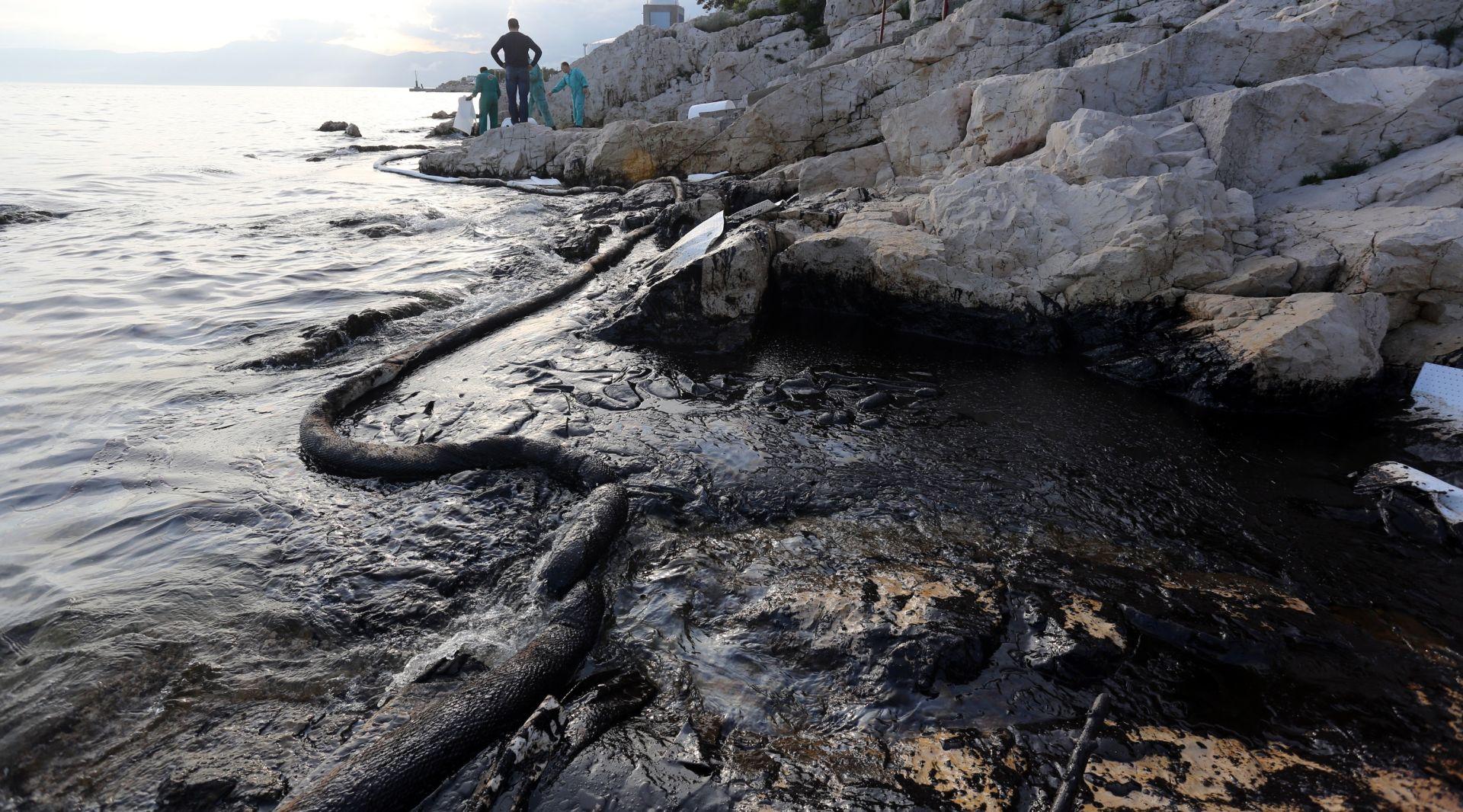 FOTO: Rafinerija onečistila more i obalu u Kostreni