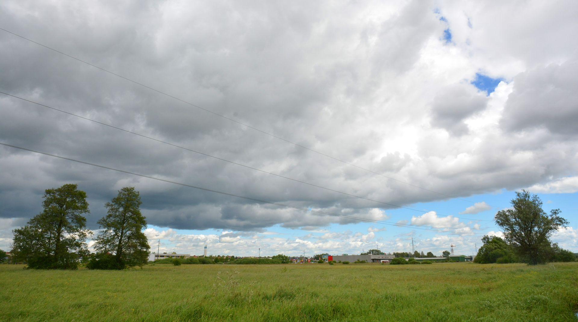 Pretežno sunčano uz umjeren razvoj oblaka, ponegdje mogući kratkotrajni pljuskovi