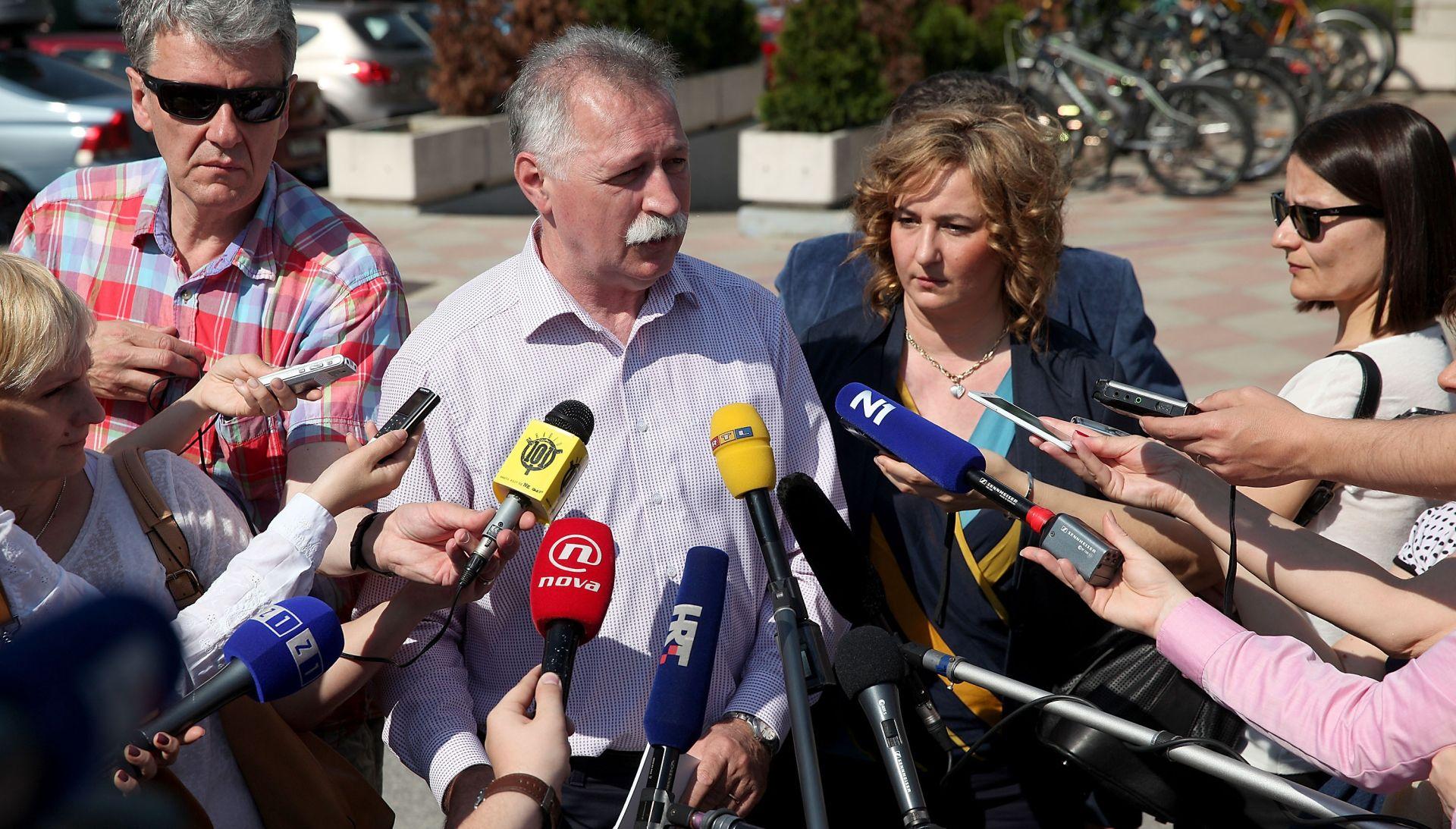 Sindikati: Šustar treba dati ostavku ako se slaže s reformom, a ne podrži je