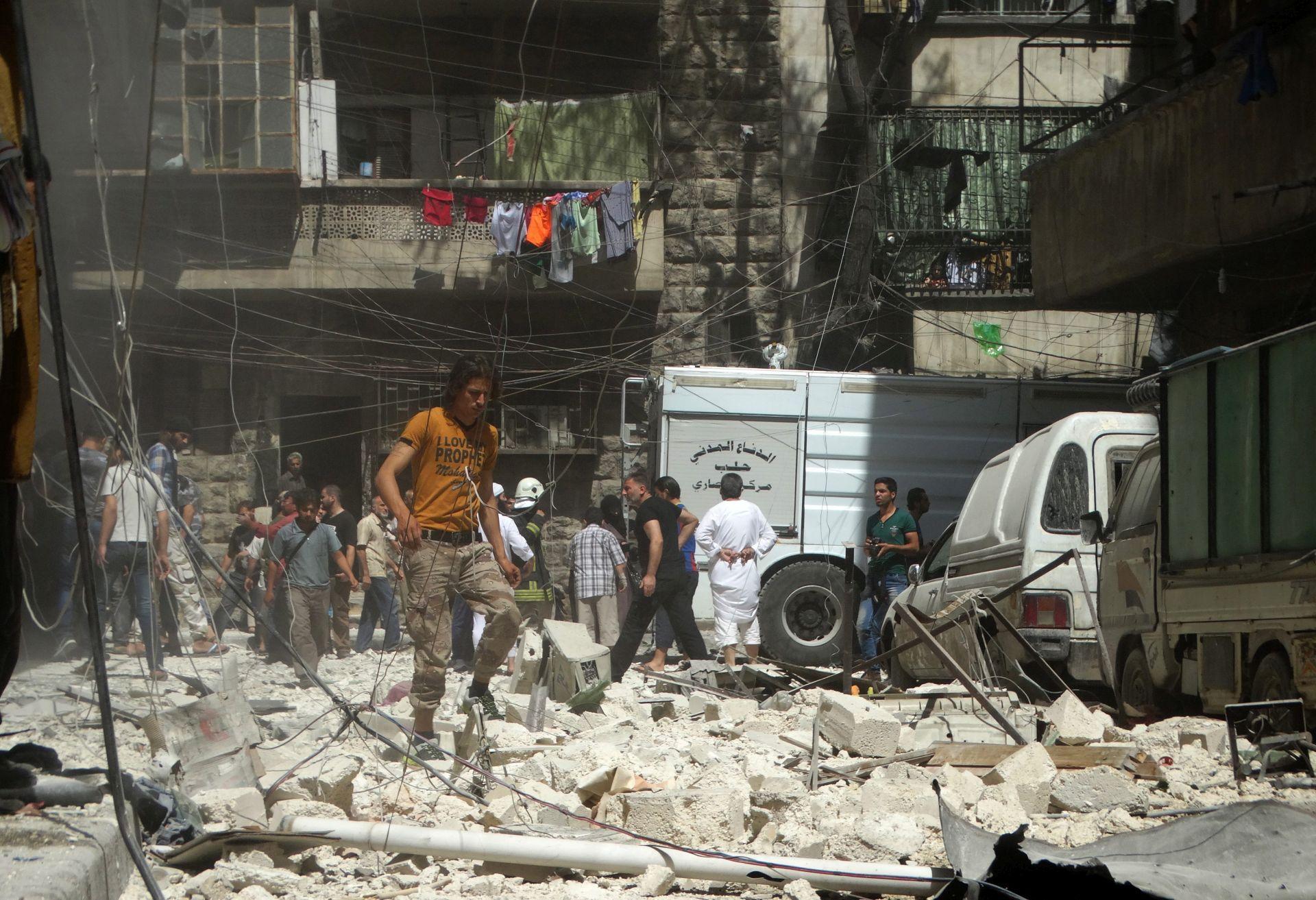 BOMBARDIRANJE: Stanovnici bježe iz pobunjeničkog dijela Alepa