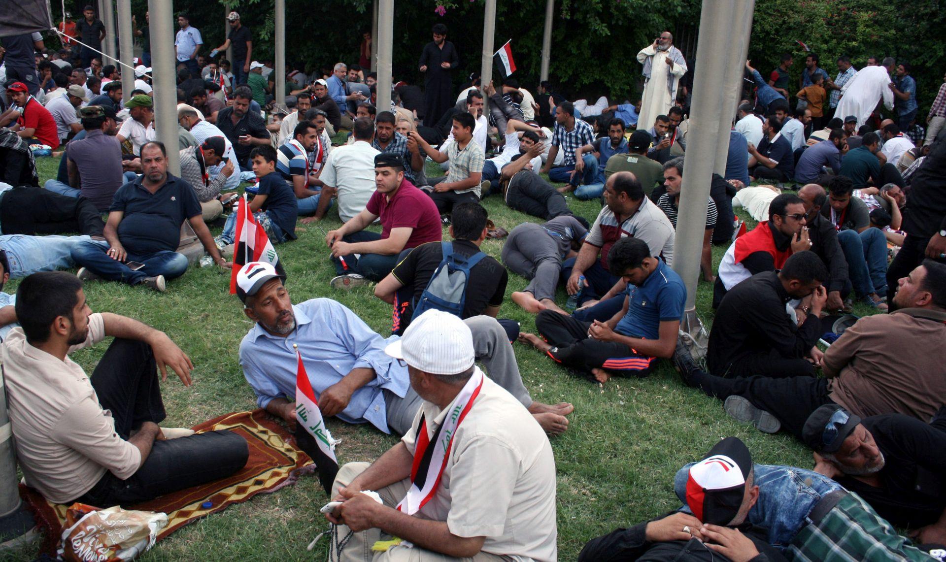 TRAŽE REFORME: Stotine prosvjednika kampiraju ispred iračkog parlamenta