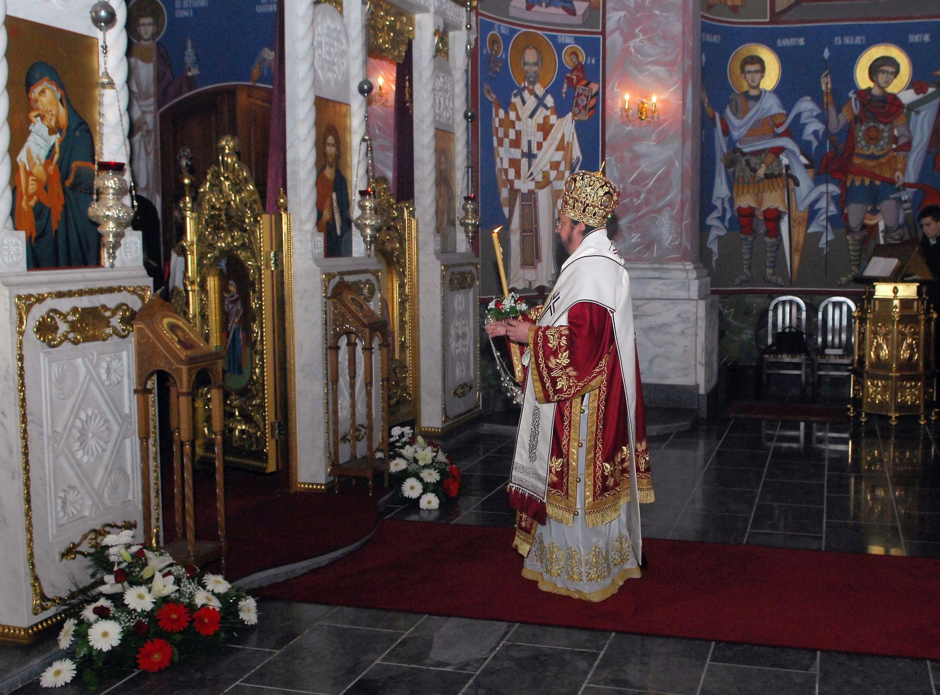 LITURGIJA U KARLOVCU: Pravoslavni vjernici Gornjokarlovačke eparhije slavili Uskrs