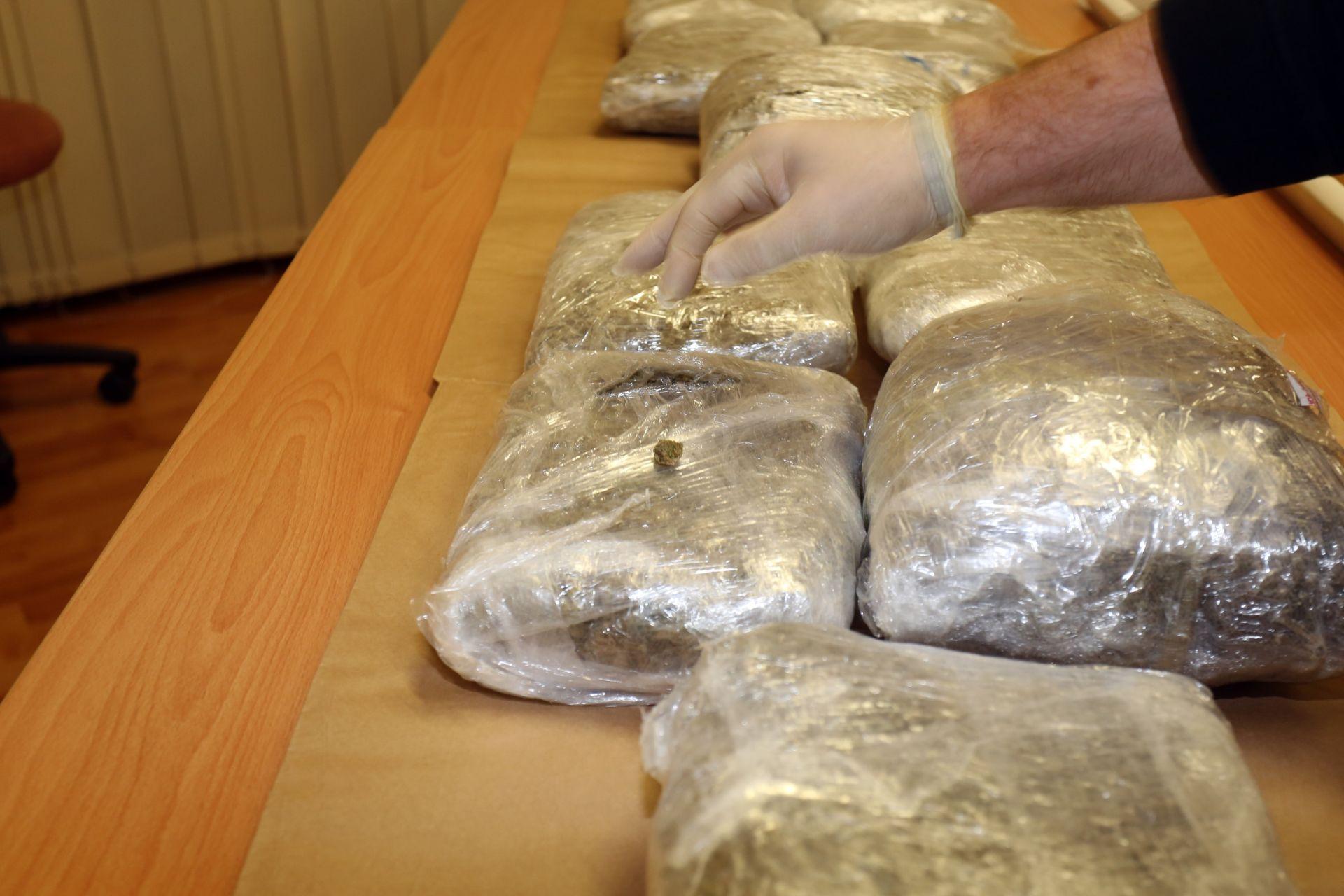 UHVAĆEN KOD SLAVONSKOG BRODA Crnogorac pokušao prošvercati više od 22 kg marihuane