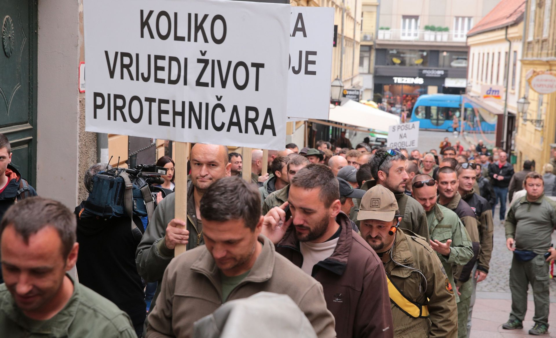 PROSVJEDNA POVORKA: Oko 300 pirotehničara krenulo prema Markovom trgu