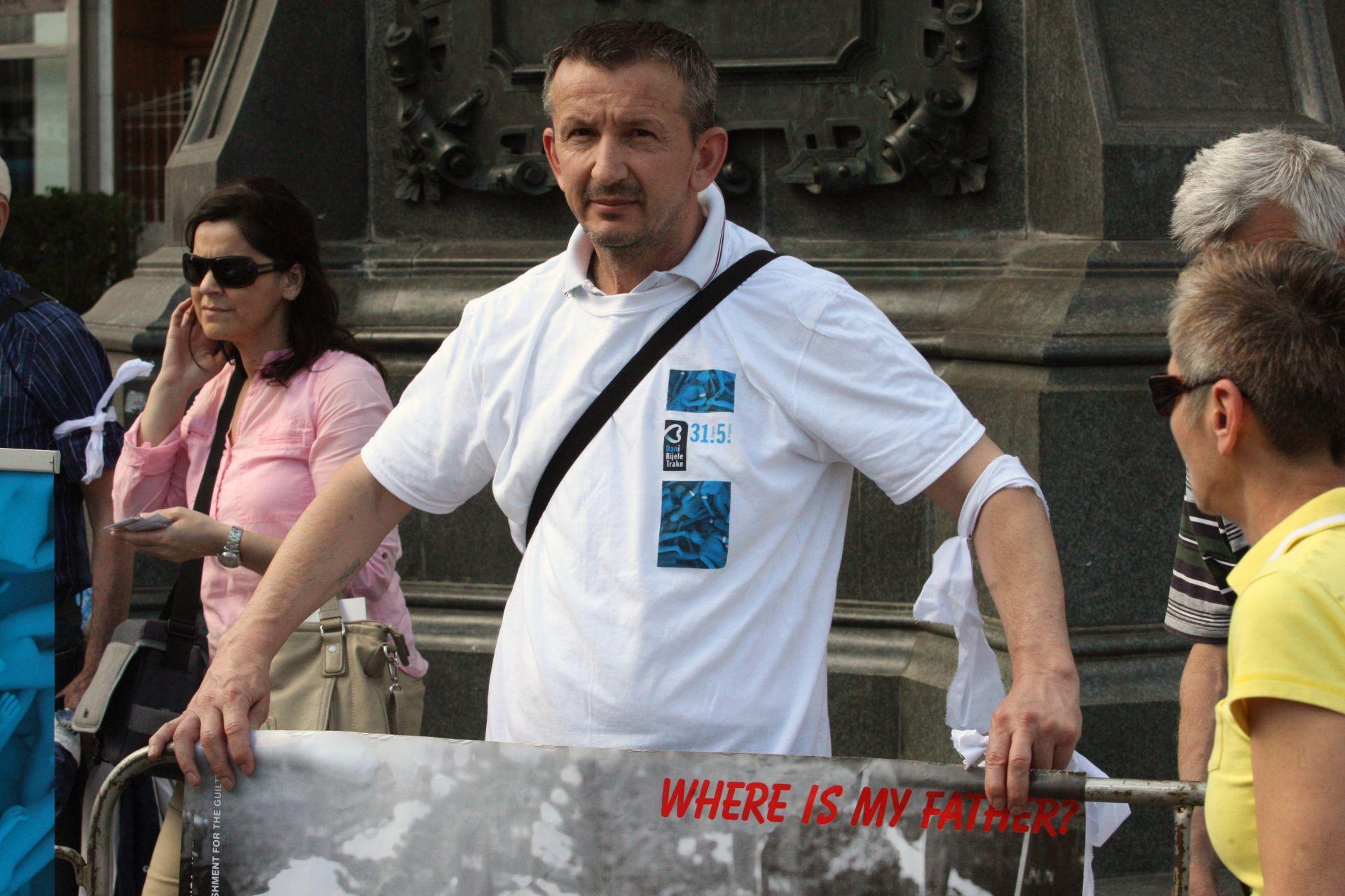 """Obilježen """"Dan bijelih traka"""": Znak sjećanja na ubijene i prognane iz Prijedora"""