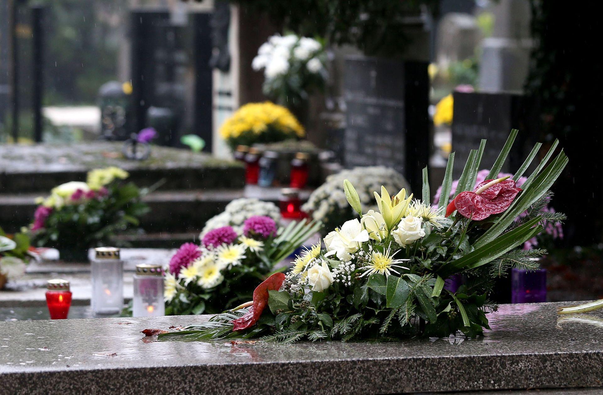 OBLJETNICA: Cvijeće na grobovima 12-orice redarstvenika ubijenih u Borovu Selu