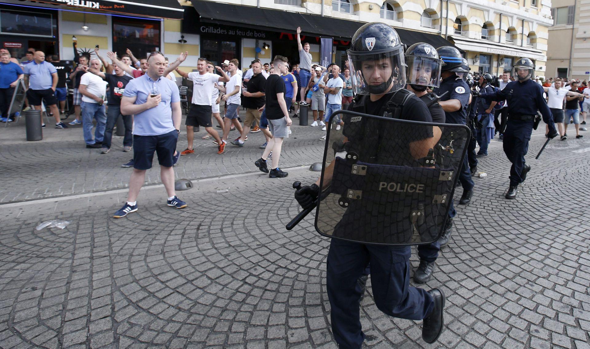 VIDEO: NOVI OKRŠAJI UOČI POČETKA EURO-A Francuska policija suzavcem na Engleze