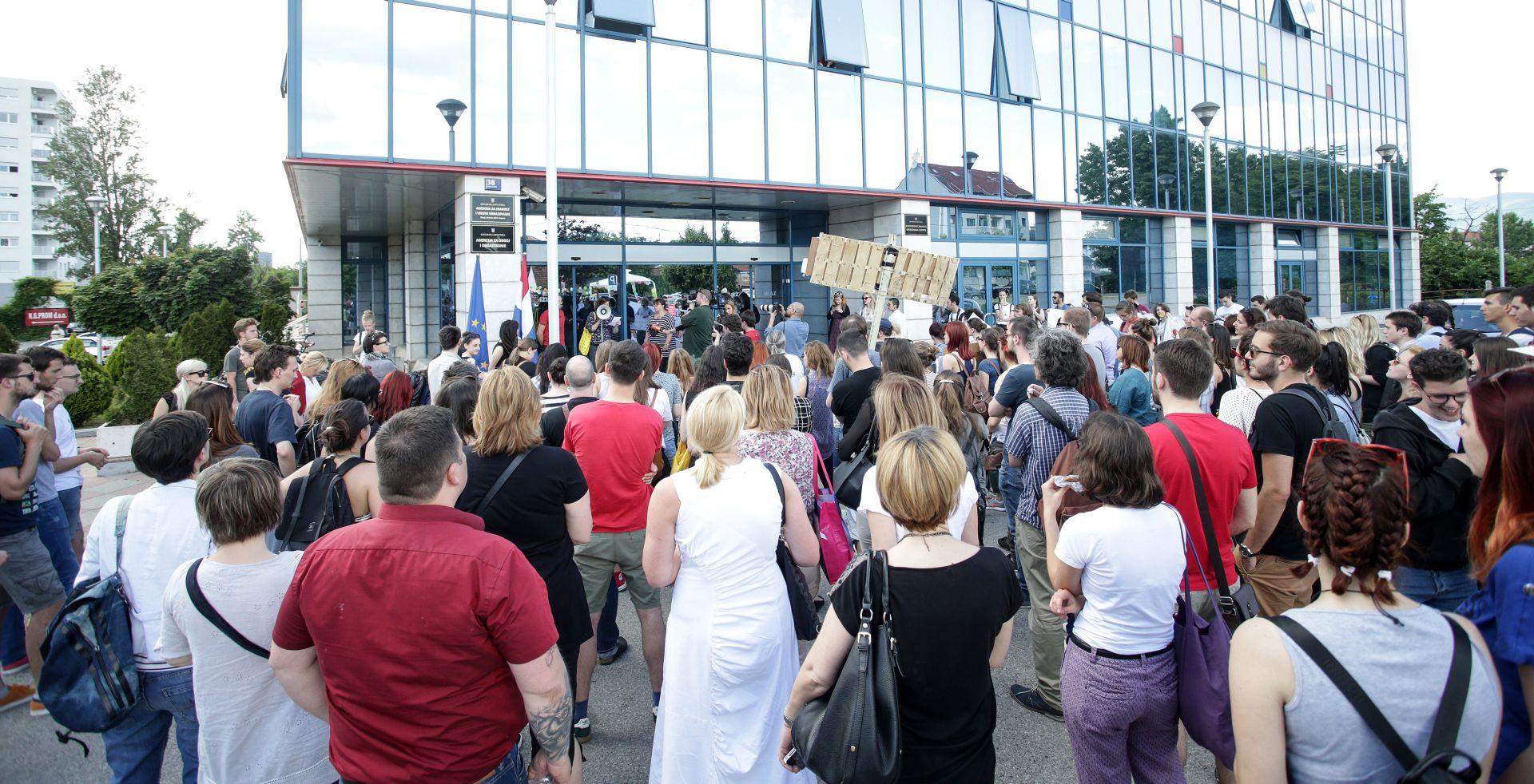 Prosvjed studenata ispred MZOS-a zbog kašnjenja isplate državnih stipendija