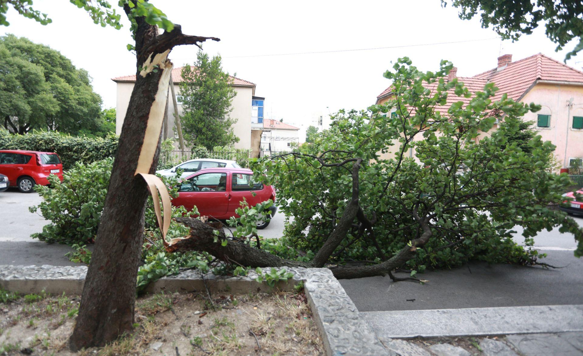 NEVRIJEME U DALMACIJI: Olujno jugo čupa stabla i lomi fasade sa zgrada