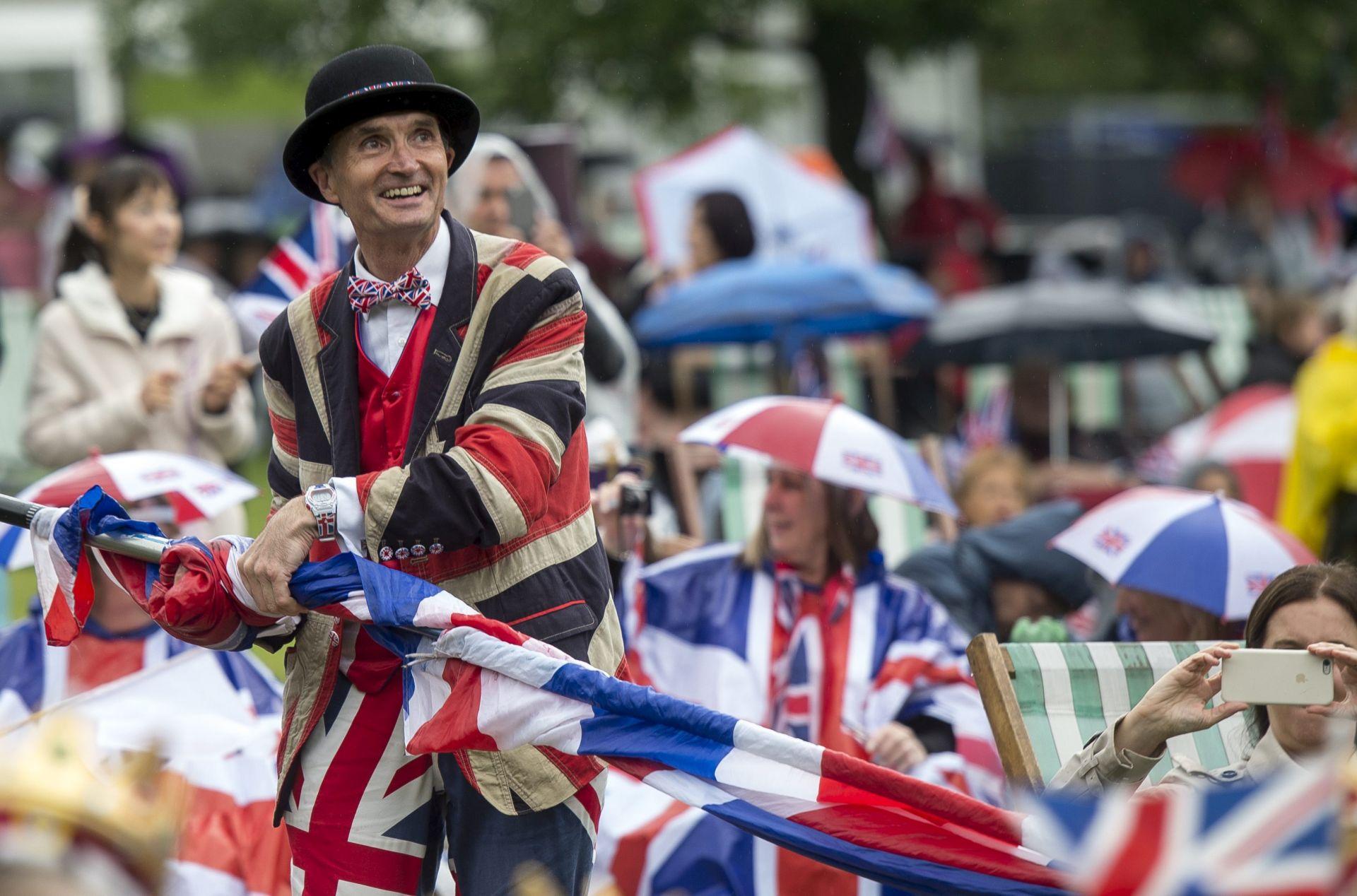 UNATOČ KIŠI: Tisuće na uličnoj zabavi za 90. rođendan britanske kraljice