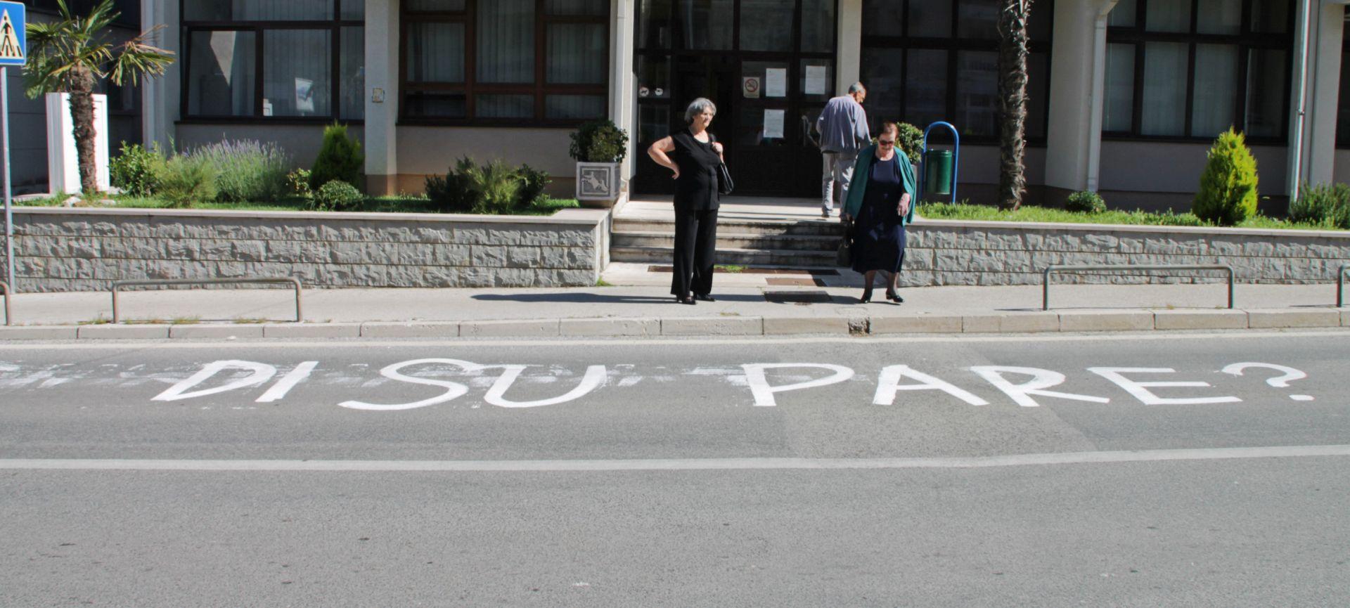 """LOKALNI IZBORI: U izborno jutro građane Vrgorca dočekao grafit """"Di su pare?"""""""