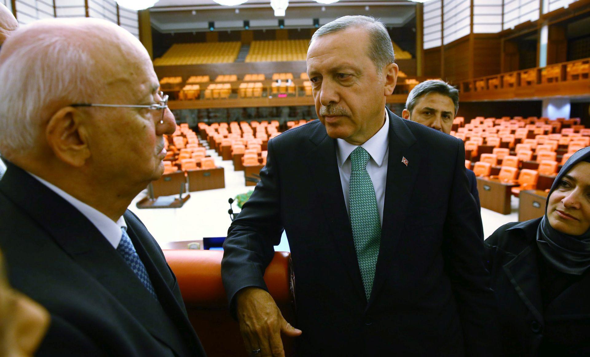 POKUŠAJ VOJNOG UDARA: Erdogan izdao dekret o zatvaranju 2341 institucije