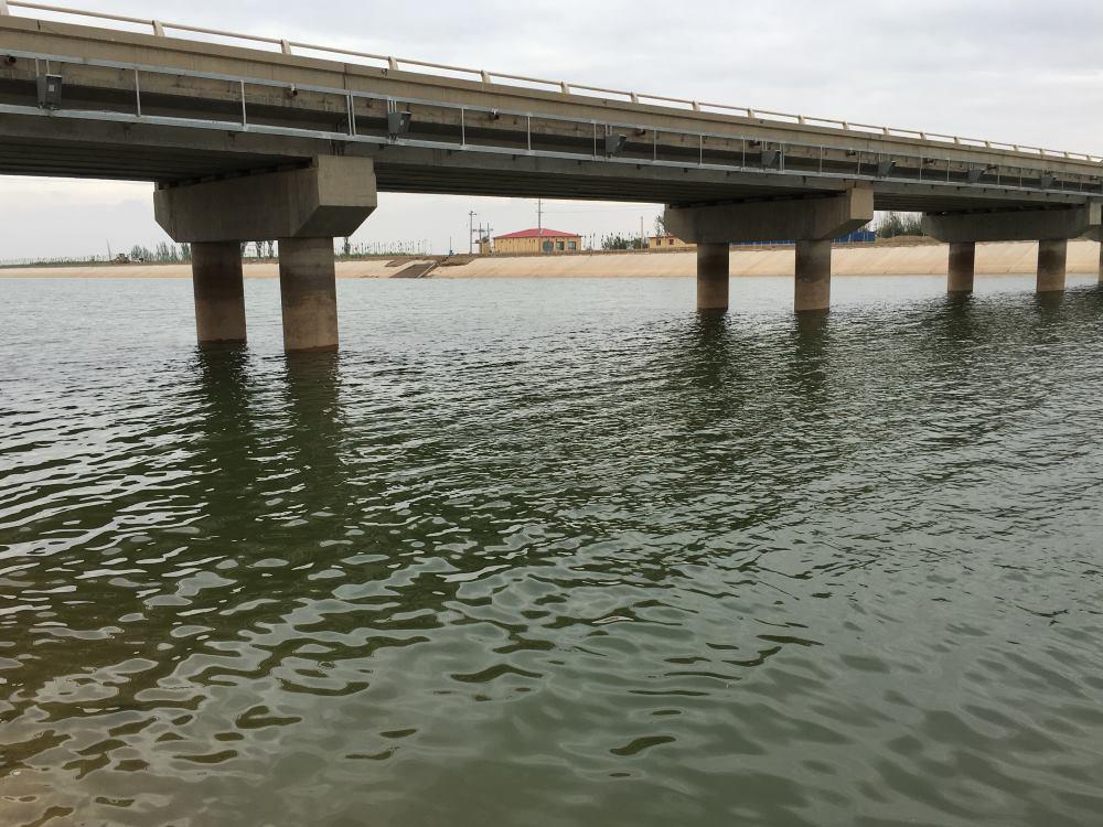 Specijalizirani uređaji za beskontaktno mjerenje brzine protoka vode nalaze se na podnožju mosta
