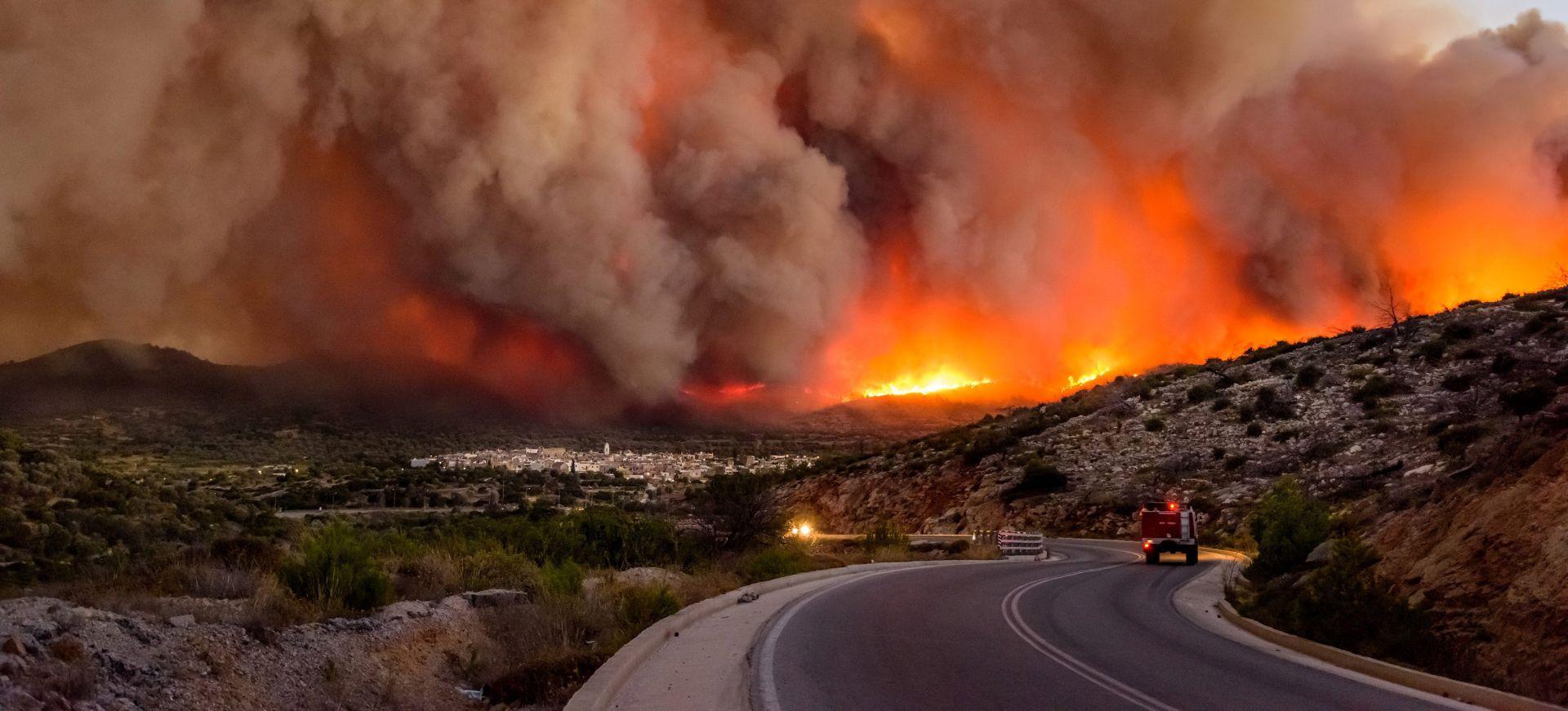 Šumski požar prijeti kućama na grčkome otoku Eubeji