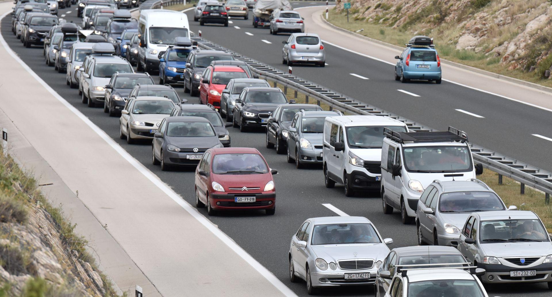 HAK Kolona prema Splitu smanjila se na 11 kilometara, olujna bura otežava promet
