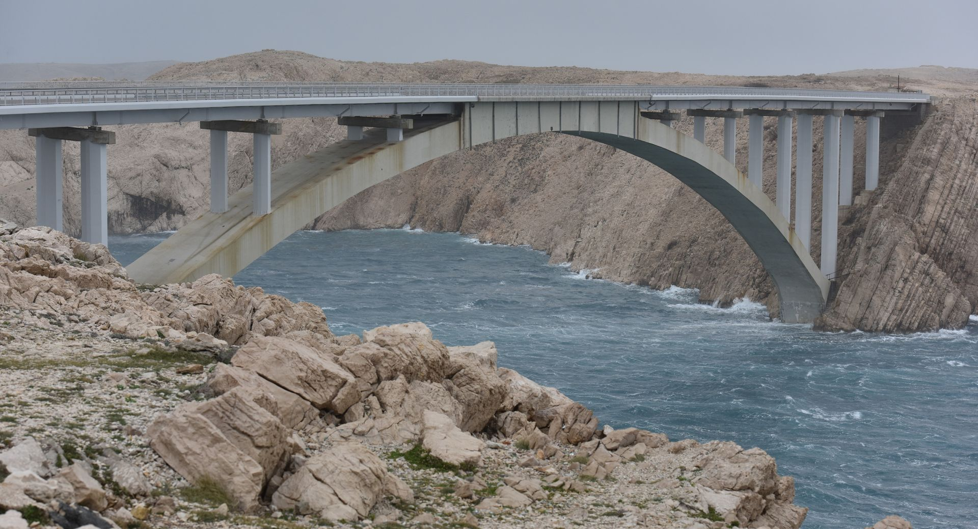 HAK Olujna bura otežava promet, zatvoren Paški most i dio A1, u prekidu pomorski promet