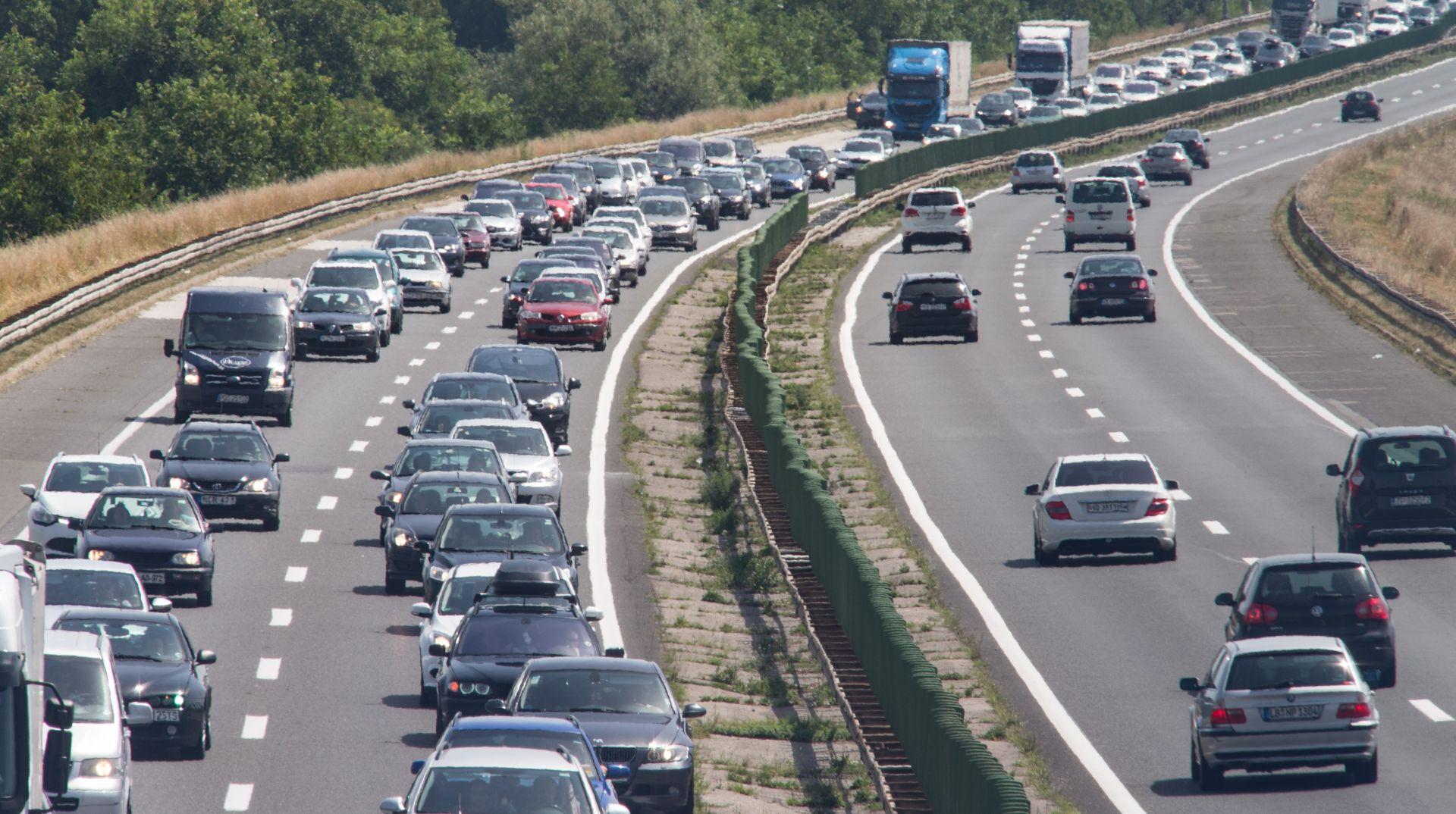 NA LUČKOM KOLONA 5 KILOMETARA Na svim hrvatskim cestama promet gust, vozi se u kolonama, gužve i na granicama i lukama