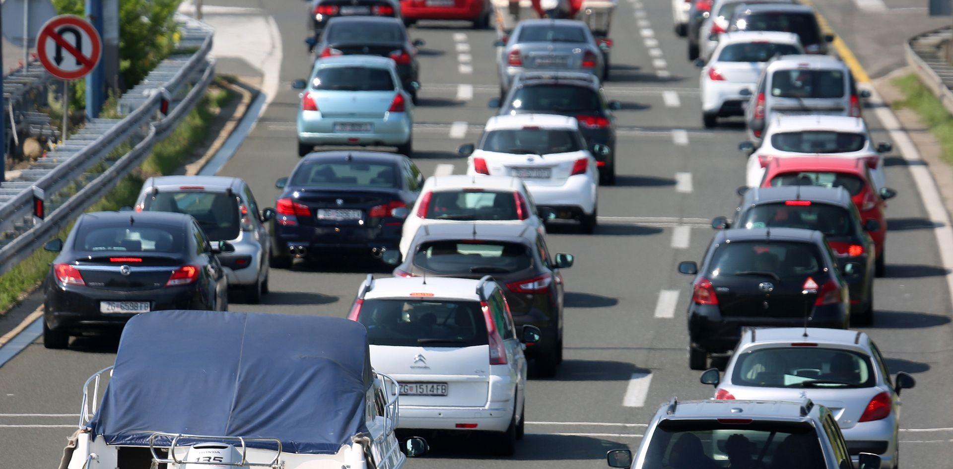 HAK Pojačan promet na autocestama, prometna nesreća na A1, gužve na granicama