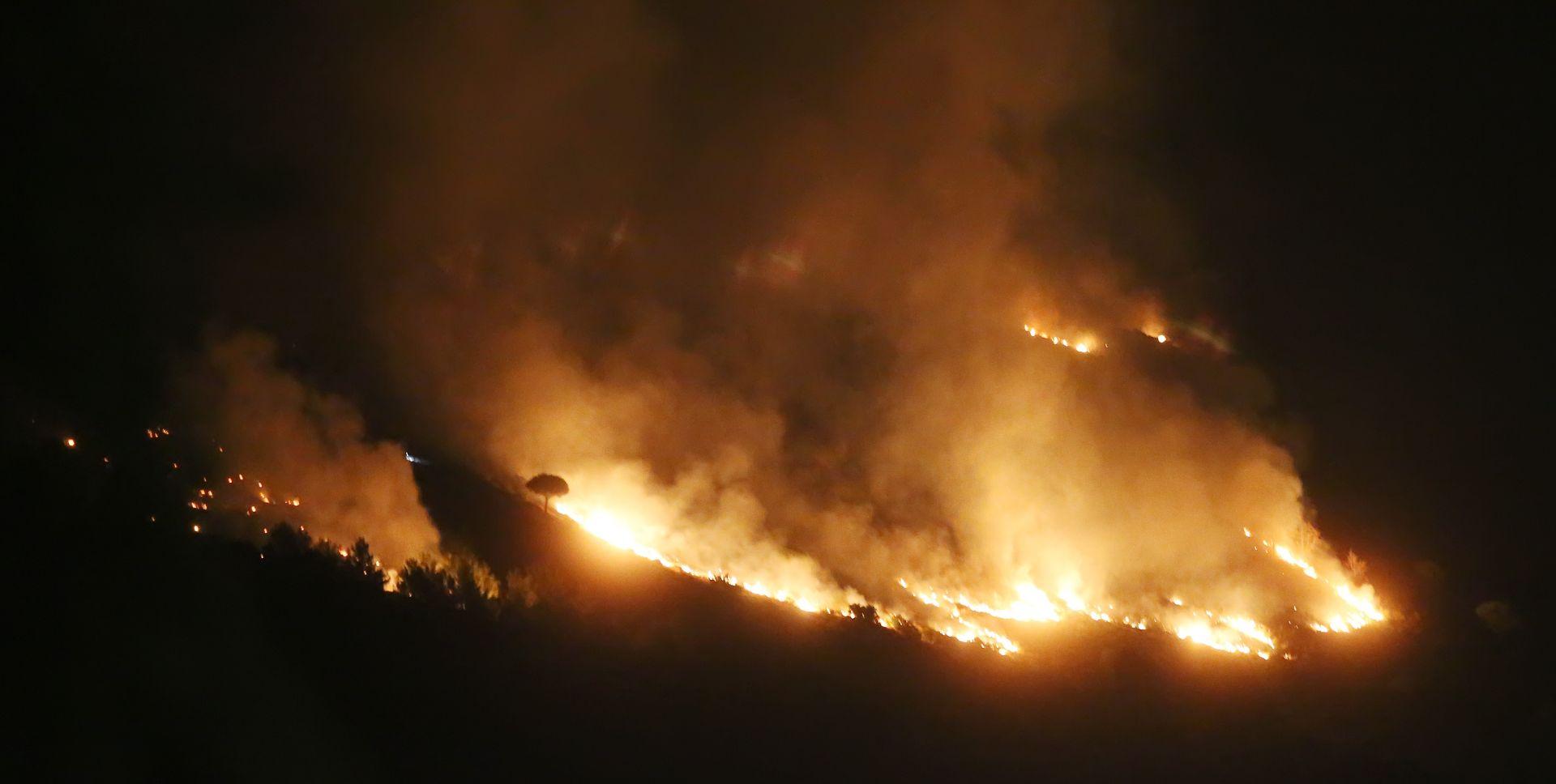 Omiš: Kanaderi gase požar na Perunu