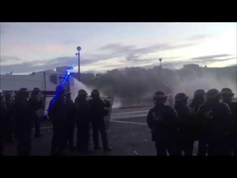 VIDEO: NAVIJAČI PALILI KONTEJNERE Pariška policija smirivala kaos kod Eiffelovog tornja