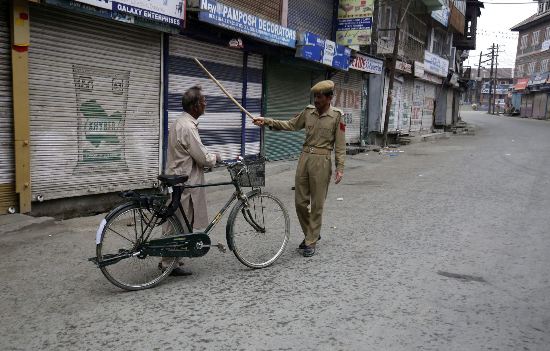 ZBOG DUGA OD 20 CENTA: U Indiji trgovac ubio sjekirom bračni par