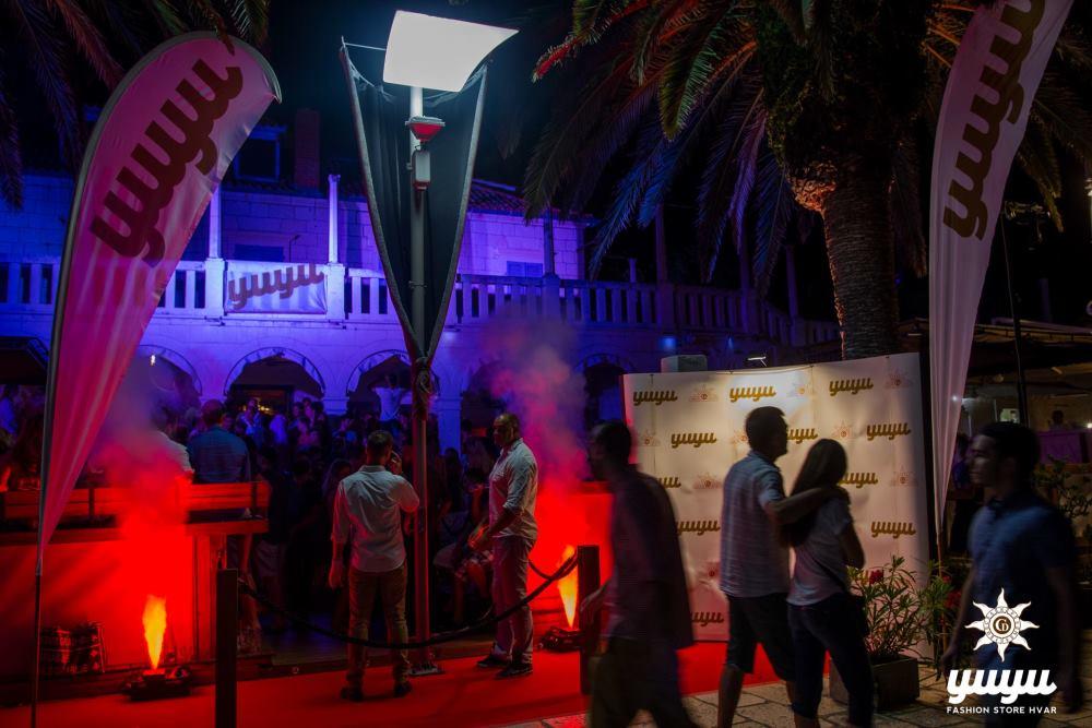 Po noći je centar Grada Hvara mjesto dobro zabave uz YUYU
