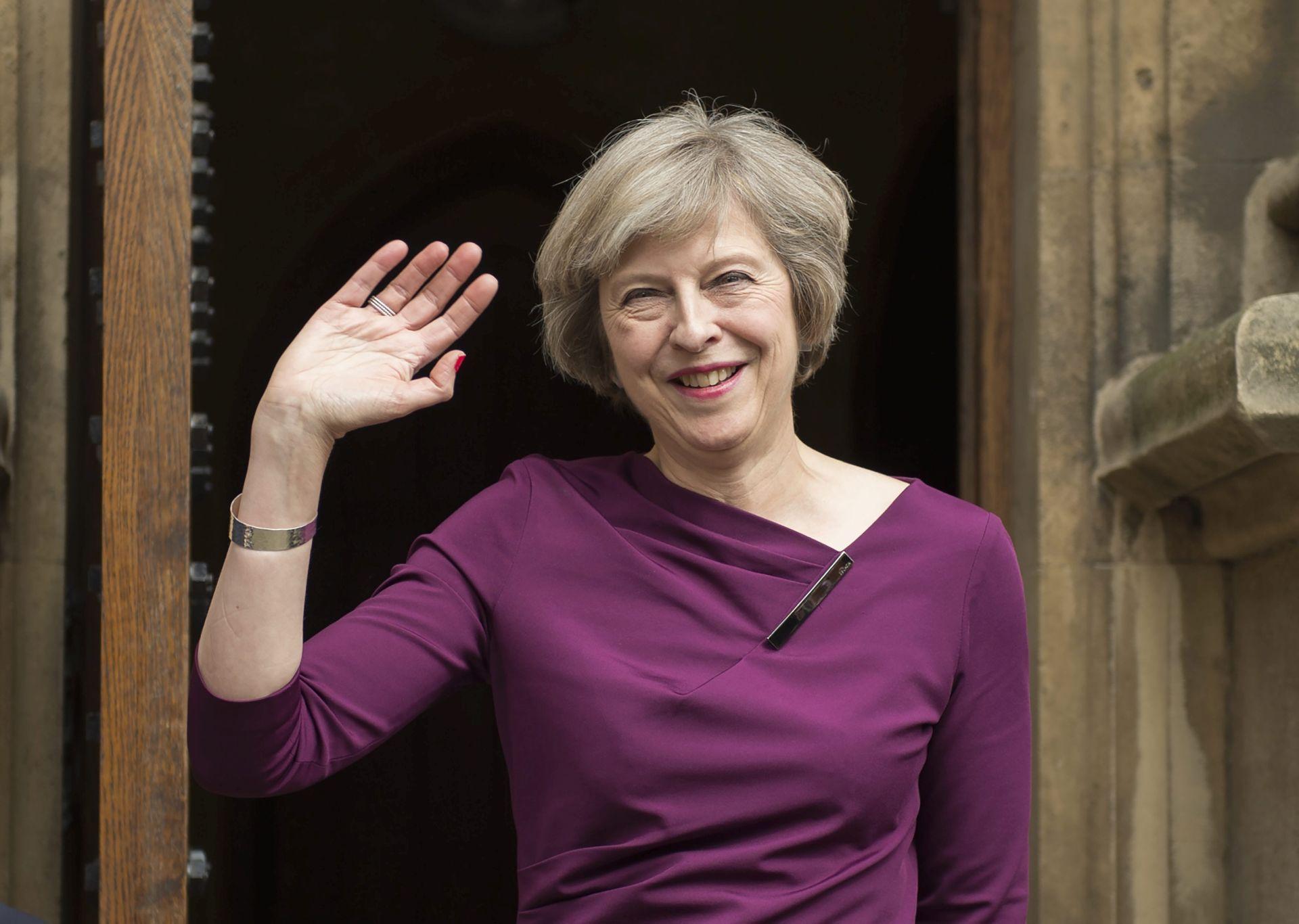 THERESA MAY PREUZIMA DUŽNOST: Cameron posljednji dan na čelu vlade