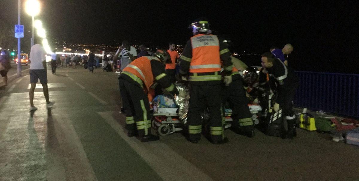 FOTO/VIDEO: KAMIONOM SE ZABIO U GOMILU LJUDI U NICI Više desetaka poginulih, 100 ozlijeđenih, vozač mrtav