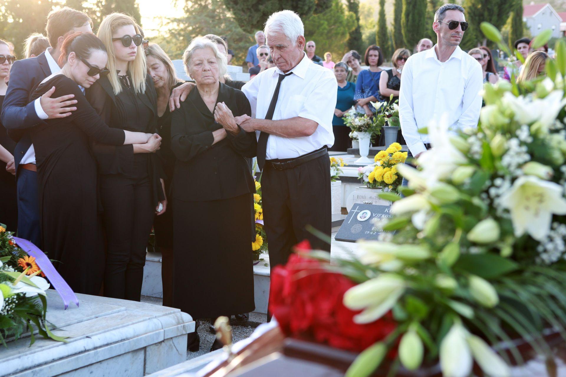 POSLJEDNJI ISPRAĆAJ SINIŠE SVILANA: U Trogiru sahranjen poznati televizijski novinar i urednik