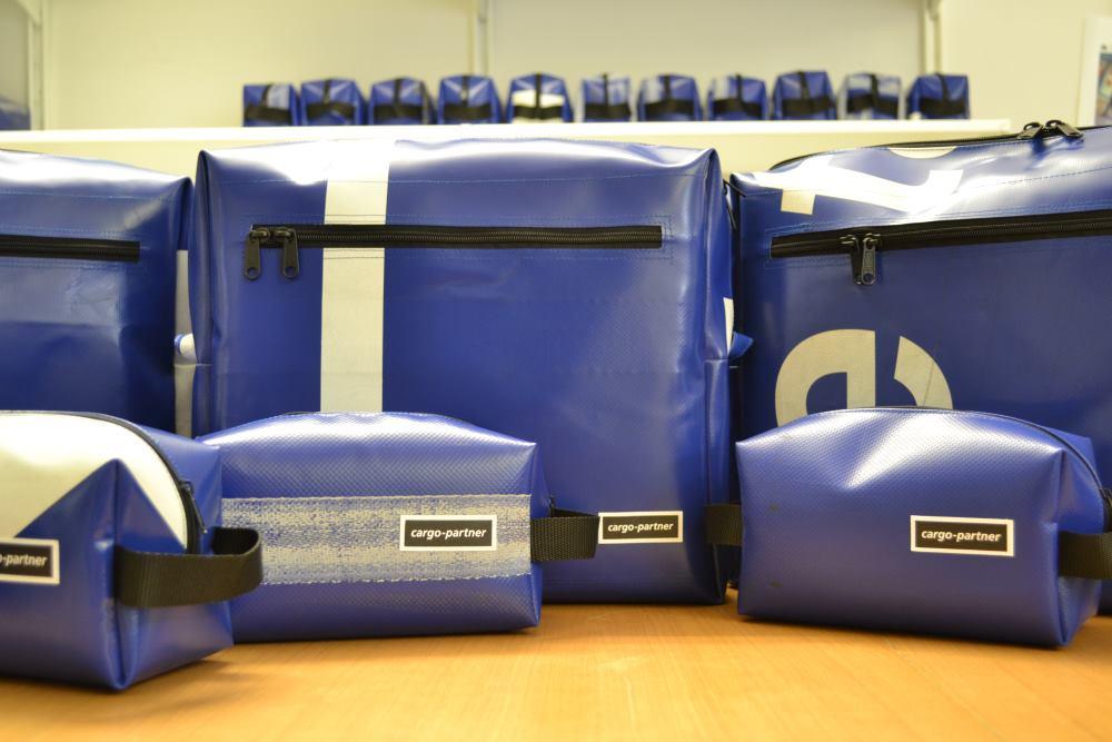 Prepoznatljive unikatne torbe preko ramena i toaletne torbice