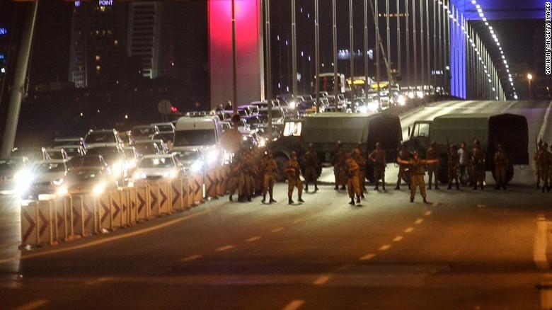 """VIDEO UŽIVO Vojni udar u Turskoj: Tenkovi na ulicama, vojska preuzima zemlju, Erdogan poziva na """"ustanak"""""""