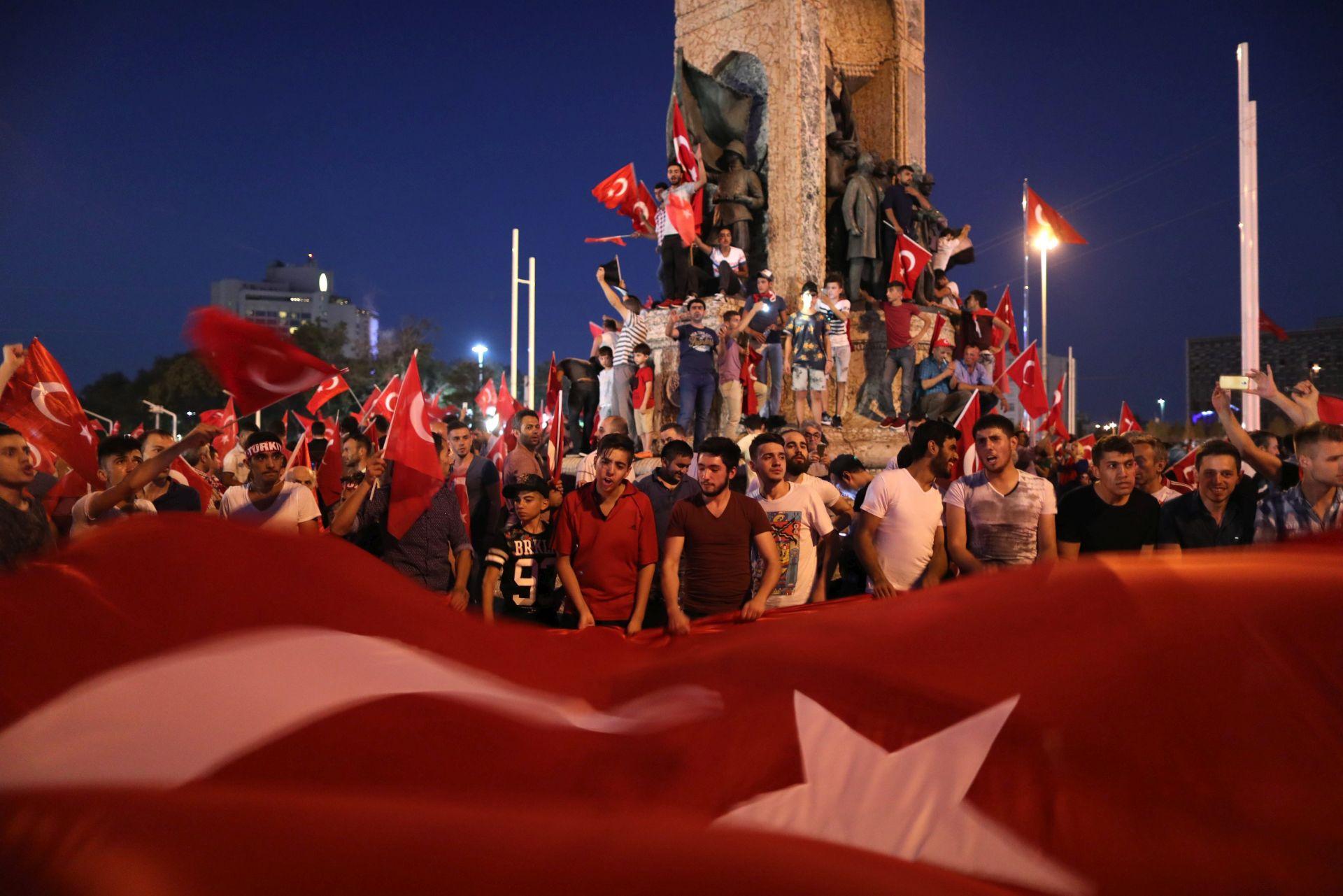 VLASTI UHIĆUJU OSUMNJIČENE: Erdoganovi pristaše slave propast puča
