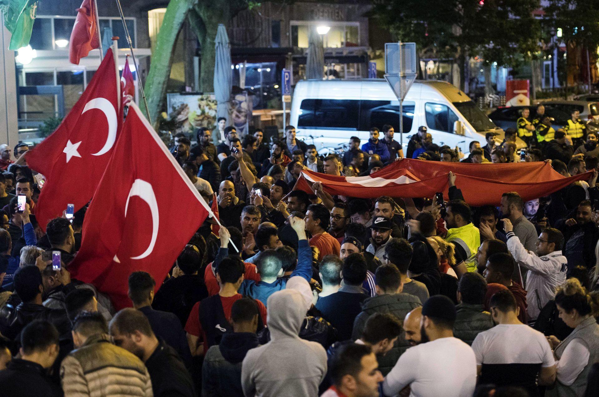 TURSKA: Merkel i Tusk podupiru izabranu vlast, potporu izrazili i Kina i Japan
